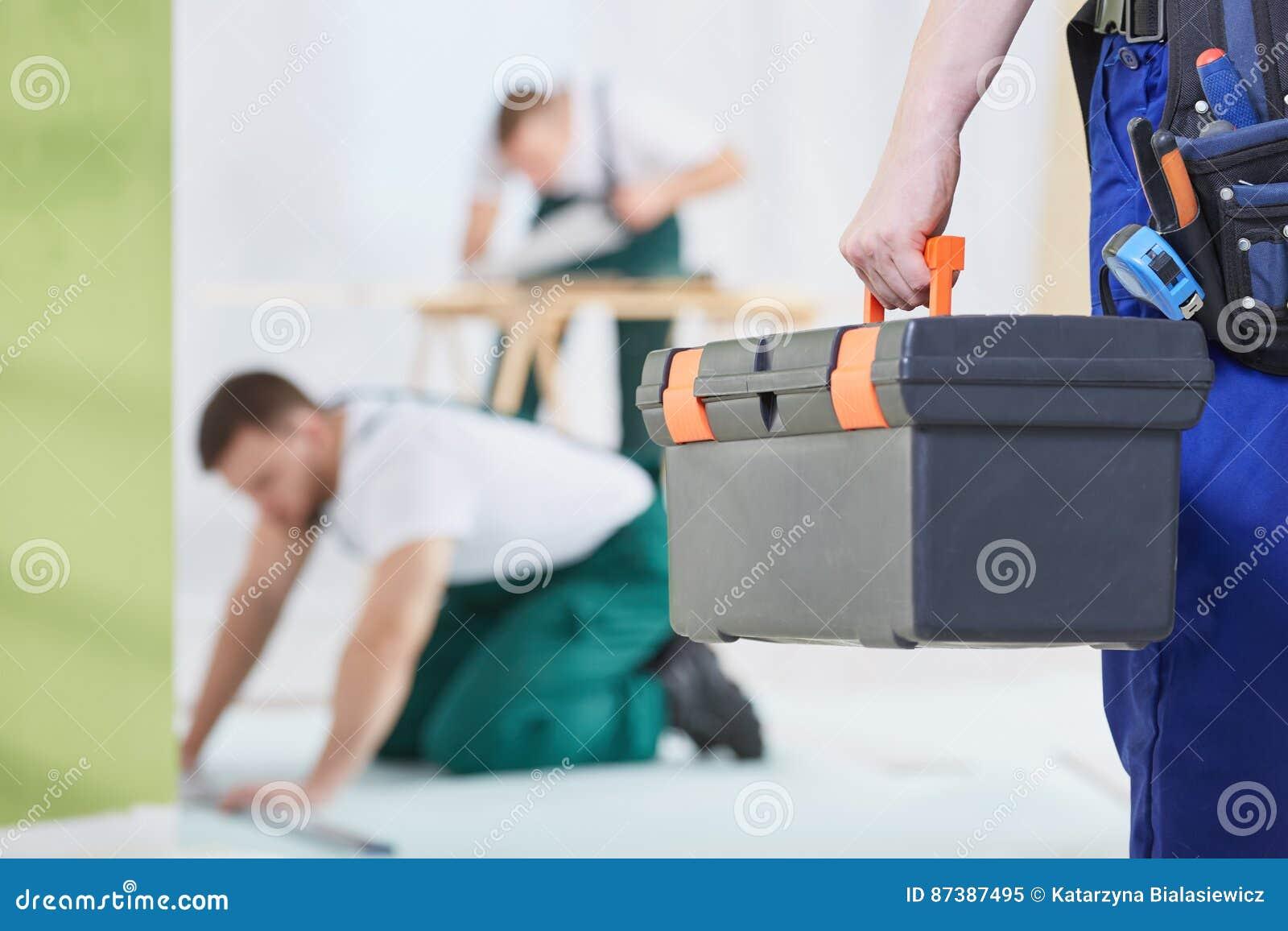 Άτομο με το κιβώτιο εργαλείων