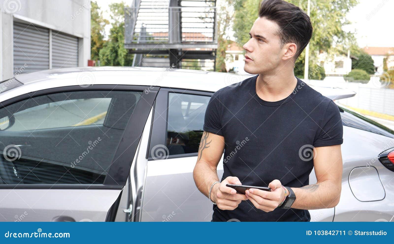Άτομο με το smartphone που ψάχνει τις κατευθύνσεις