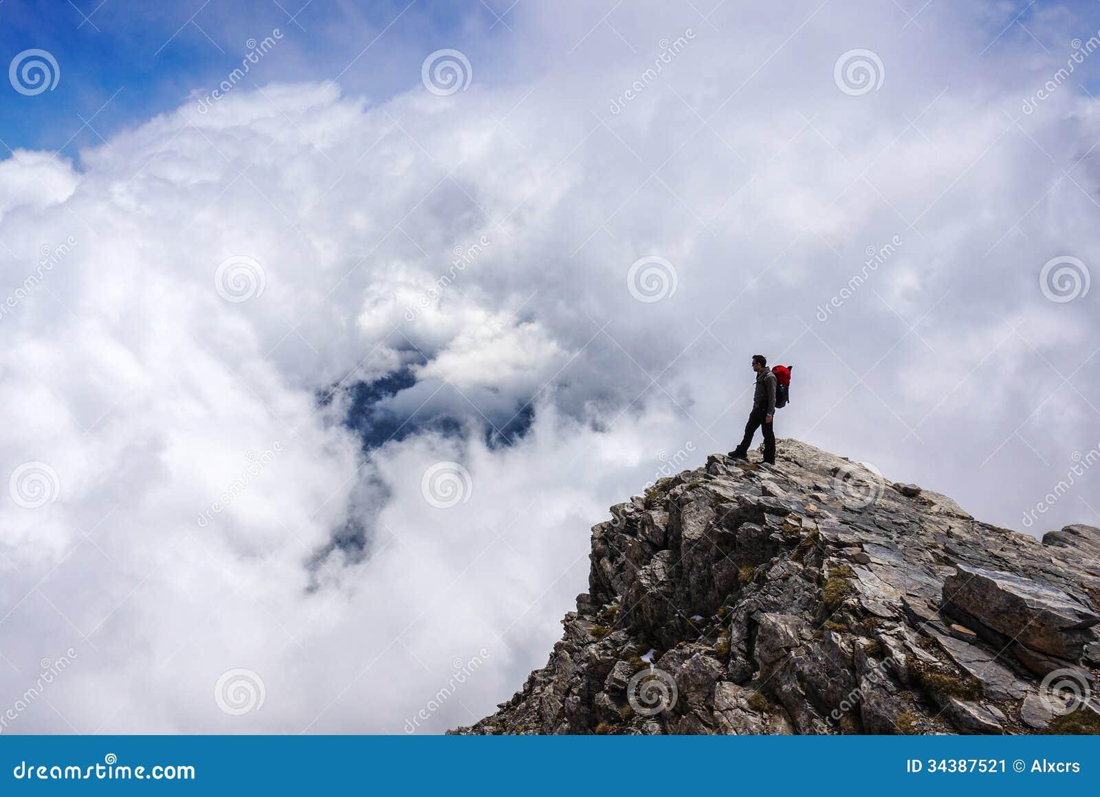 Άτομο πάνω από το βουνό