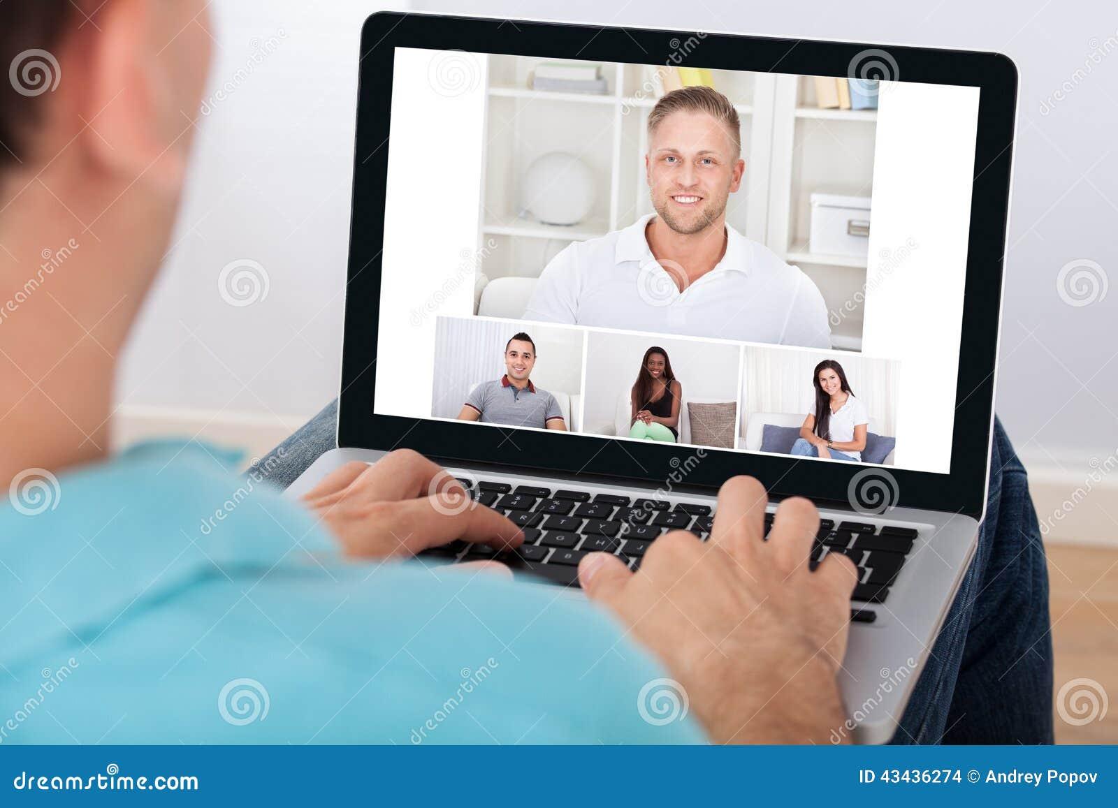 Άτομο που έχει την τηλεδιάσκεψη με τους φίλους