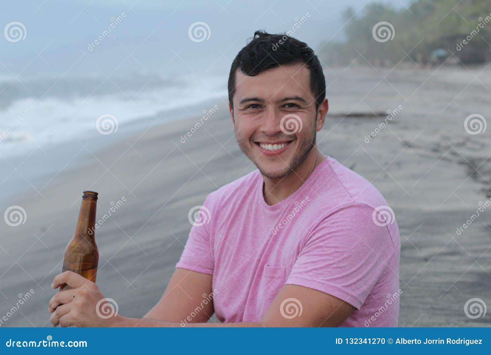 Άτομο που απολαμβάνει μια μπύρα στην παραλία