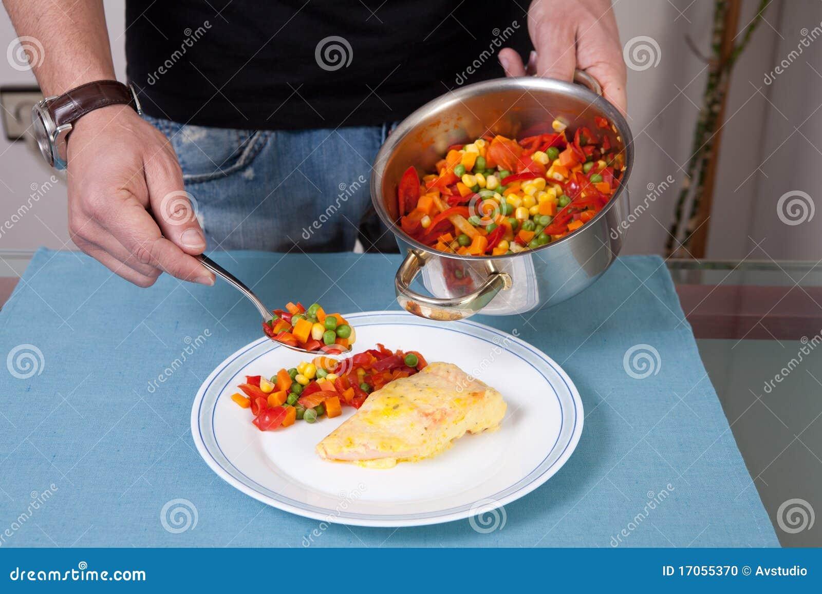 Άτομο που διακοσμεί ένα γεύμα