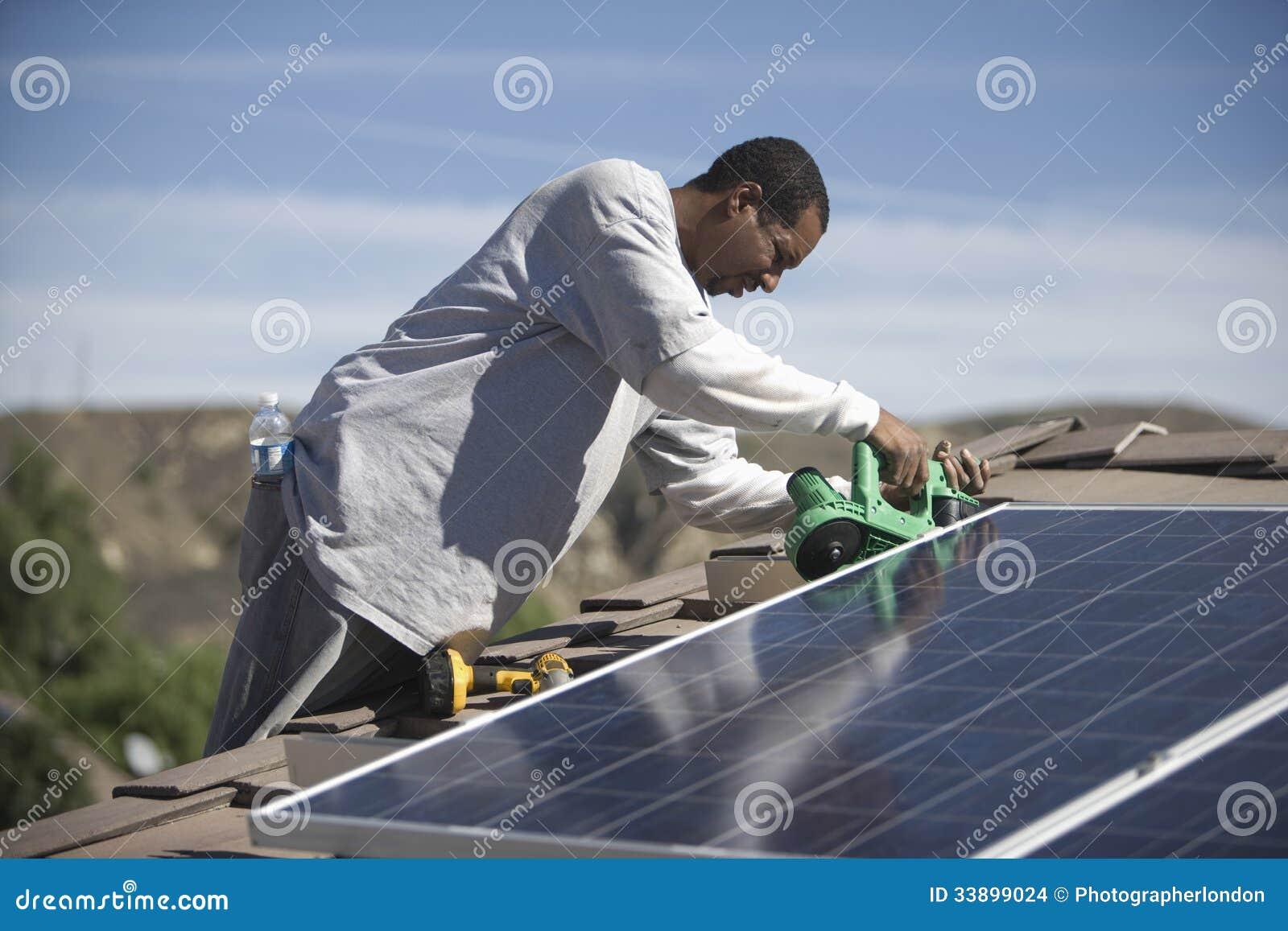 Άτομο που εργάζεται στην ηλιακή ξυλεπένδυση στη στέγη
