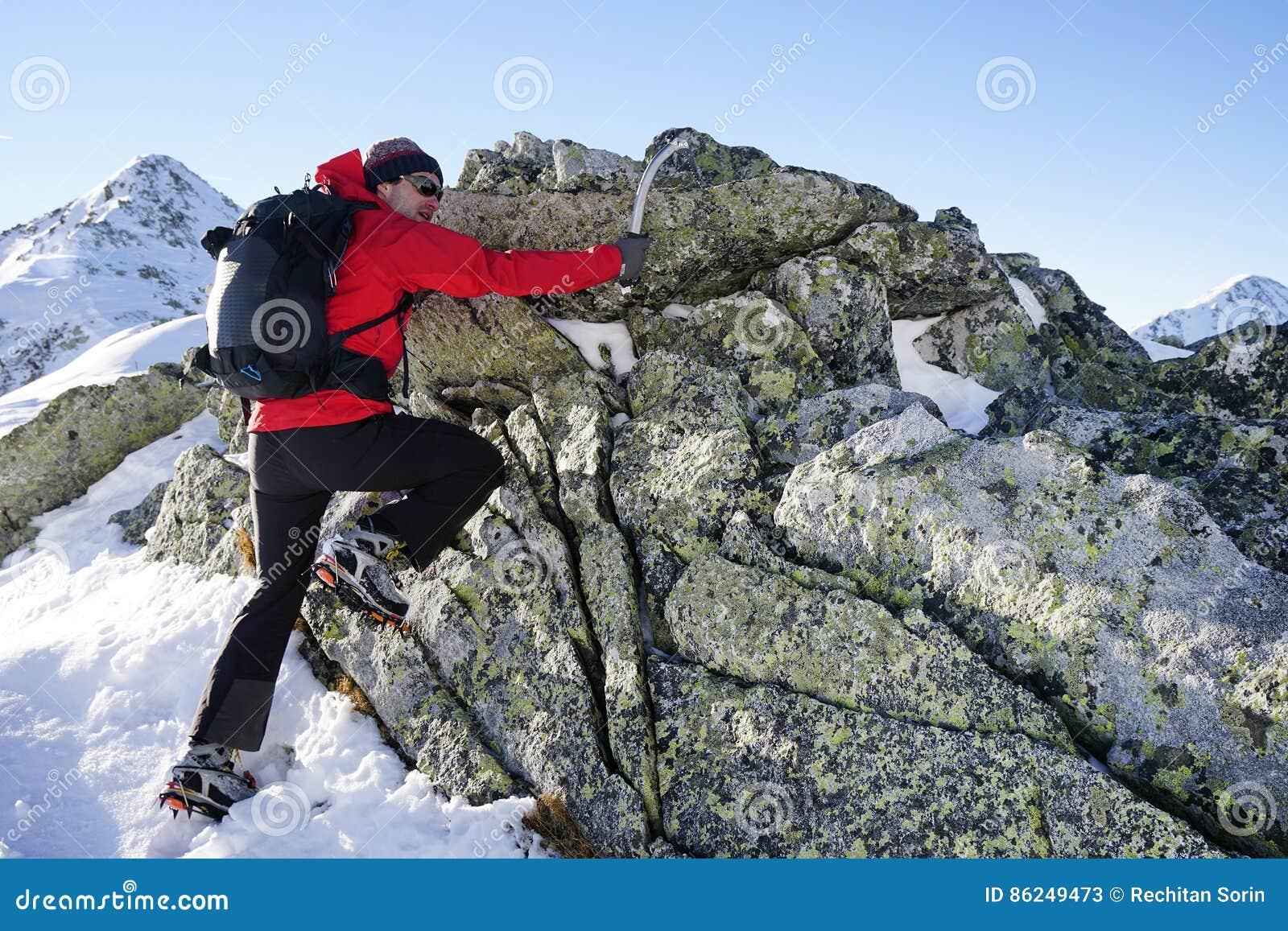 Άτομο που κάνει τη χειμερινή οδοιπορία στα βουνά