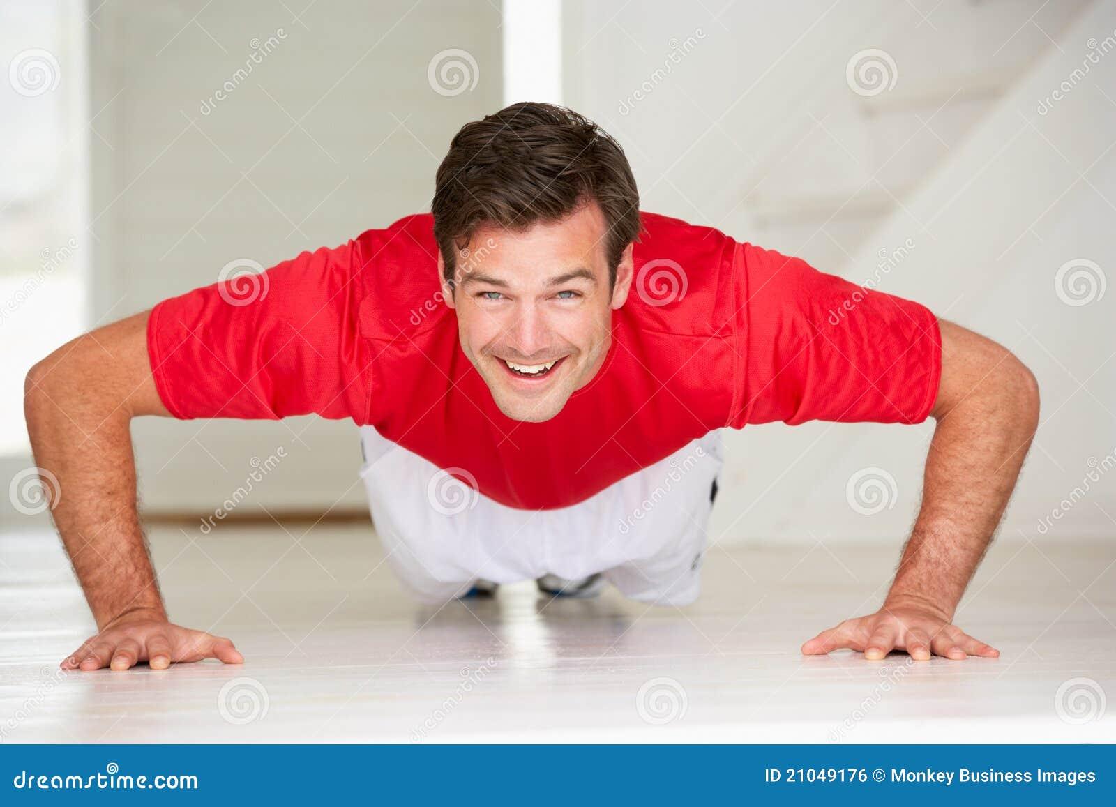 Άτομο που κάνει το ώθηση-UPS στη βασική γυμναστική