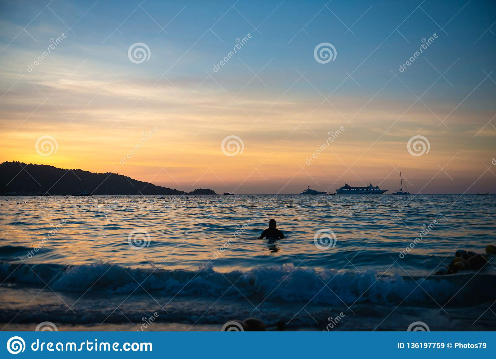 Άτομο που κολυμπά στη θάλασσα μετά από το ηλιοβασίλεμα
