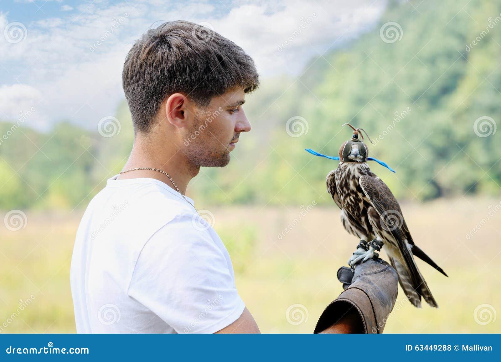 Άτομο που κρατά ένα γεράκι