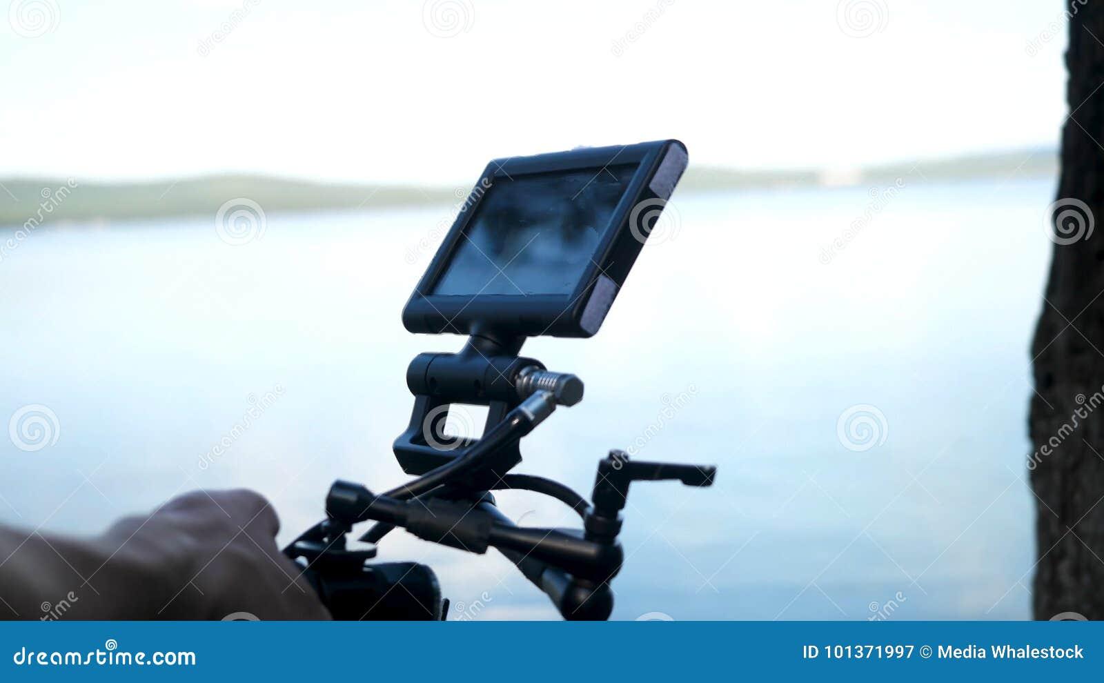 Άτομο που κρατά μια μαγνητοσκόπηση καμερών ένας κινηματογράφος στη δασική ακριβή κάμερα για τον κινηματογράφο στα ξύλα