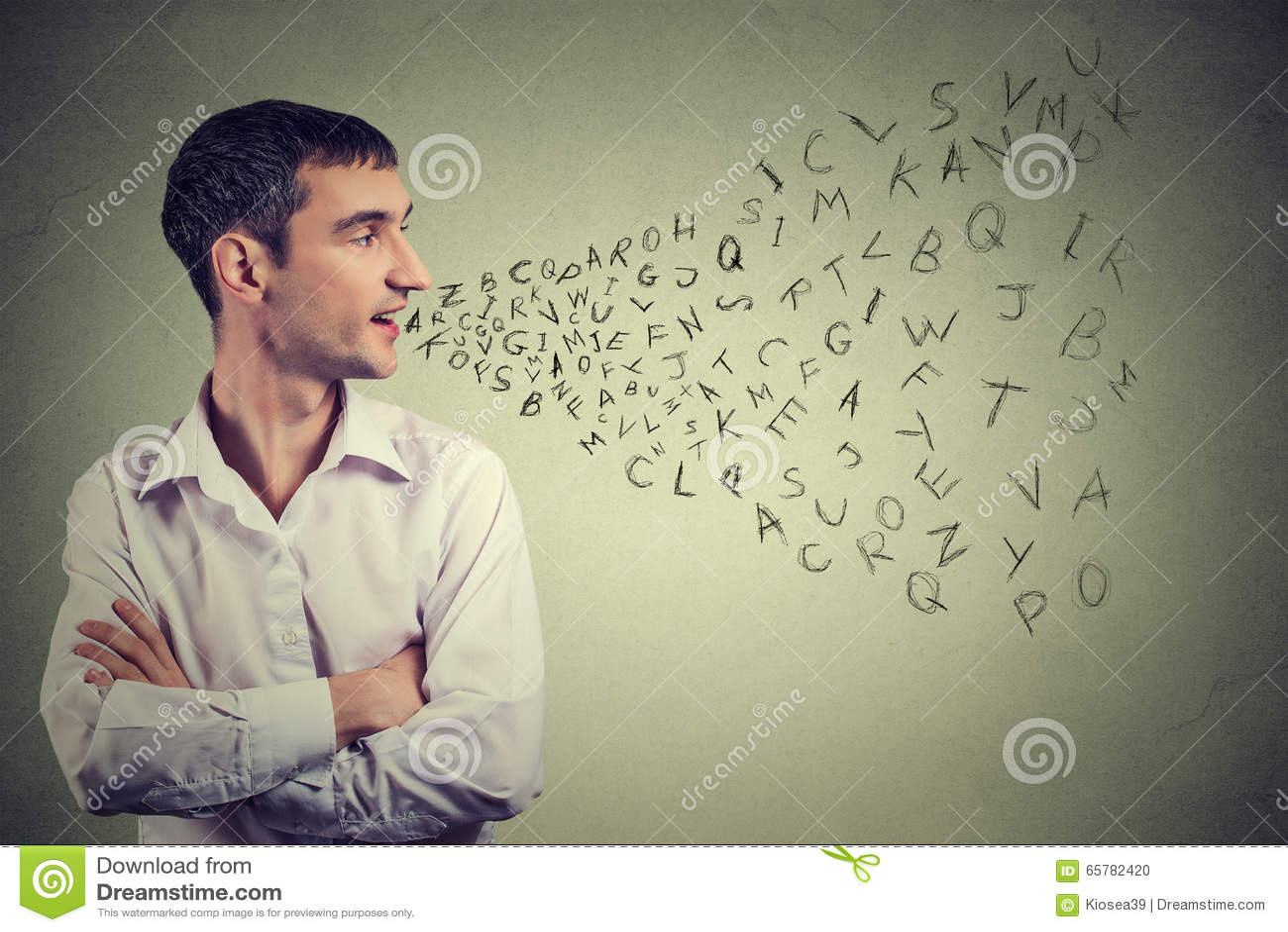 Άτομο που μιλά με τις επιστολές αλφάβητου που βγαίνουν από το στόμα του Επικοινωνία, πληροφορίες, έννοια νοημοσύνης