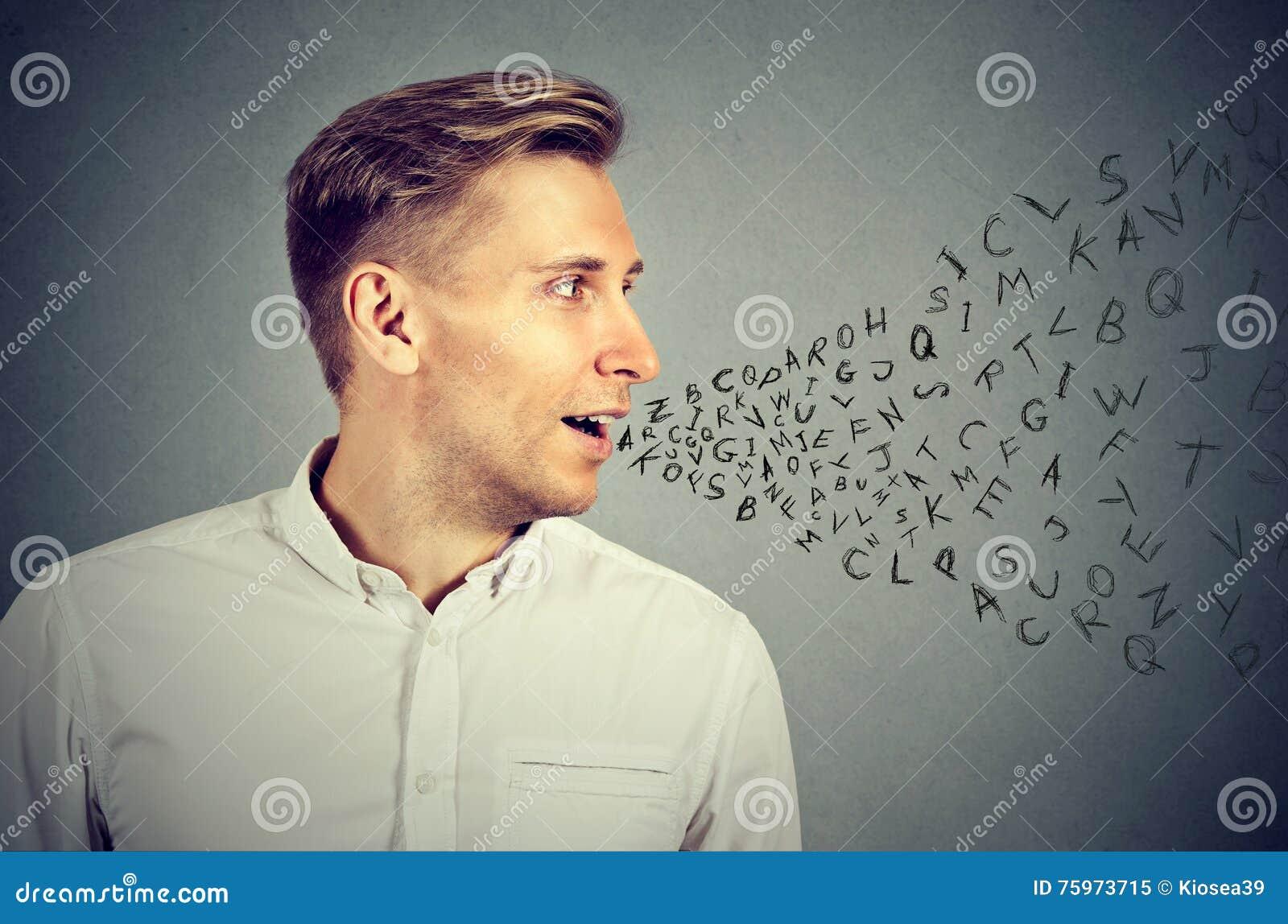 Άτομο που μιλά με τις επιστολές αλφάβητου που βγαίνουν από το στόμα
