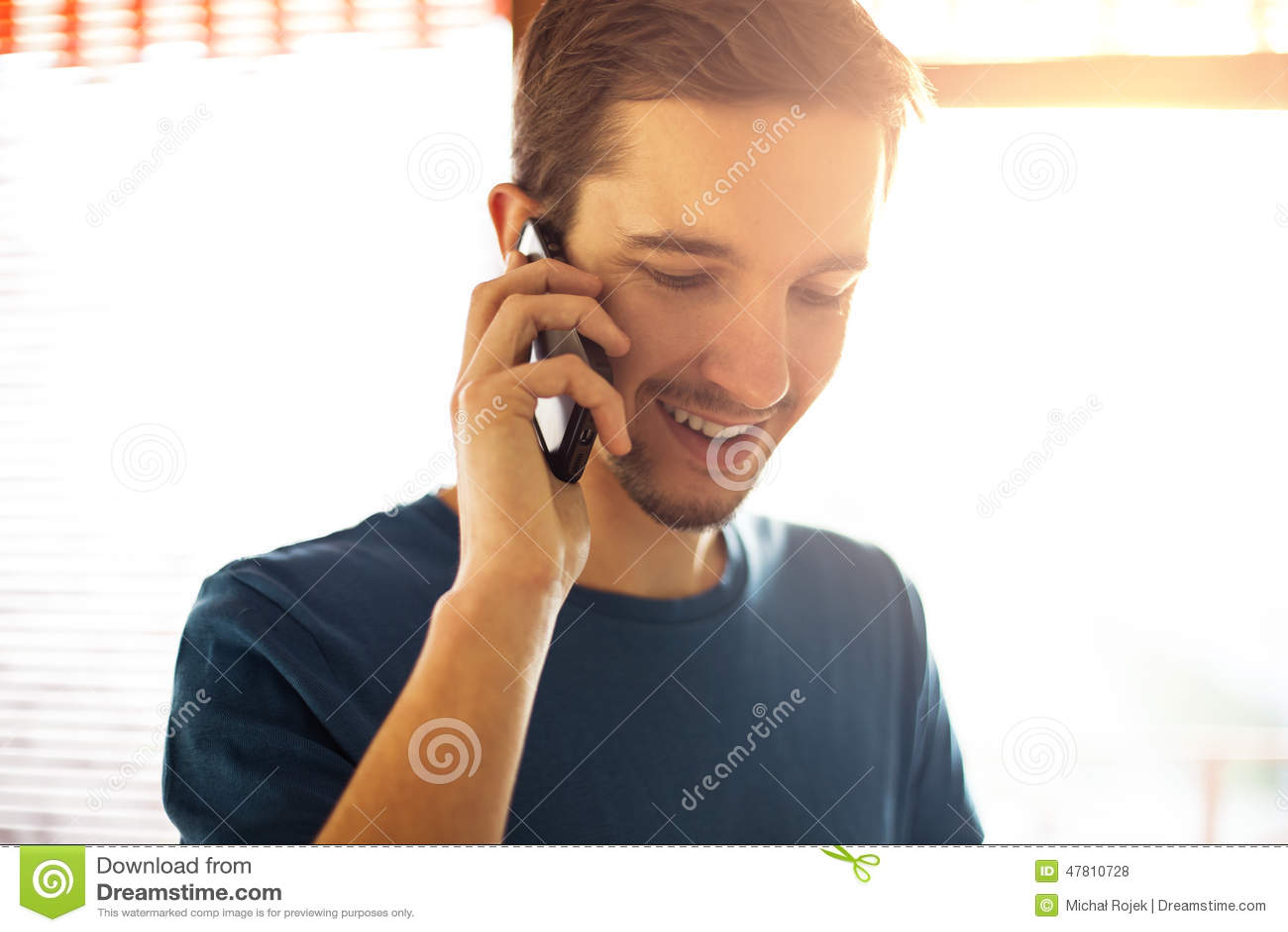 Άτομο που μιλά στο τηλέφωνο