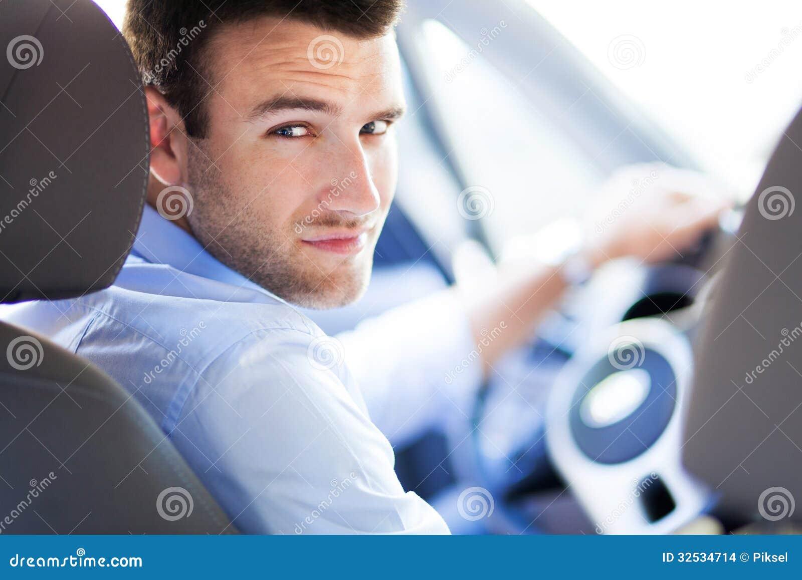 Άτομο που οδηγεί ένα αυτοκίνητο