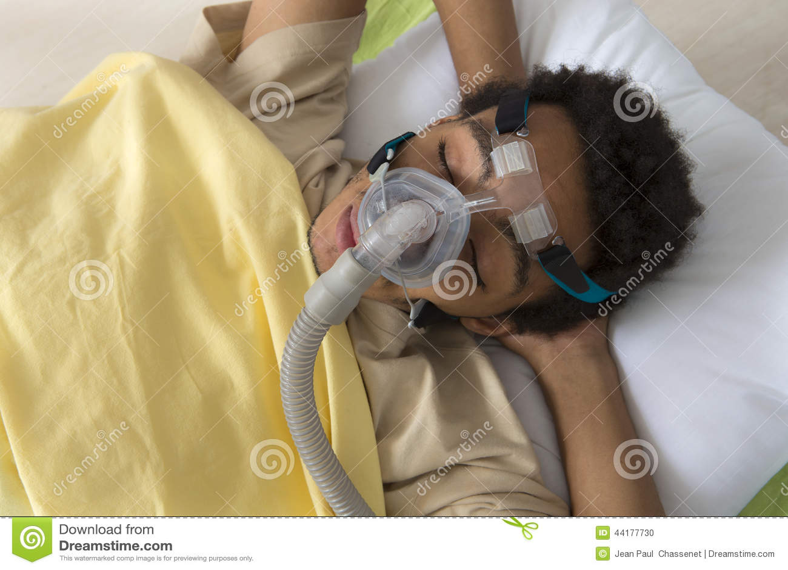 Άτομο που πάσχει από τη ασφυξία ύπνου, που χρησιμοποιεί μια μηχανή CPAP