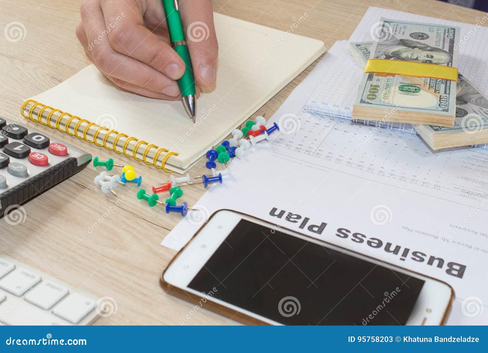 Άτομο, που παίρνει τις σημειώσεις Άτομο με τα δολάρια, μετρητά στον πίνακα Κέρδη, αποταμίευση Στοίβα των δολαρίων Επιτυχία, κίνητ