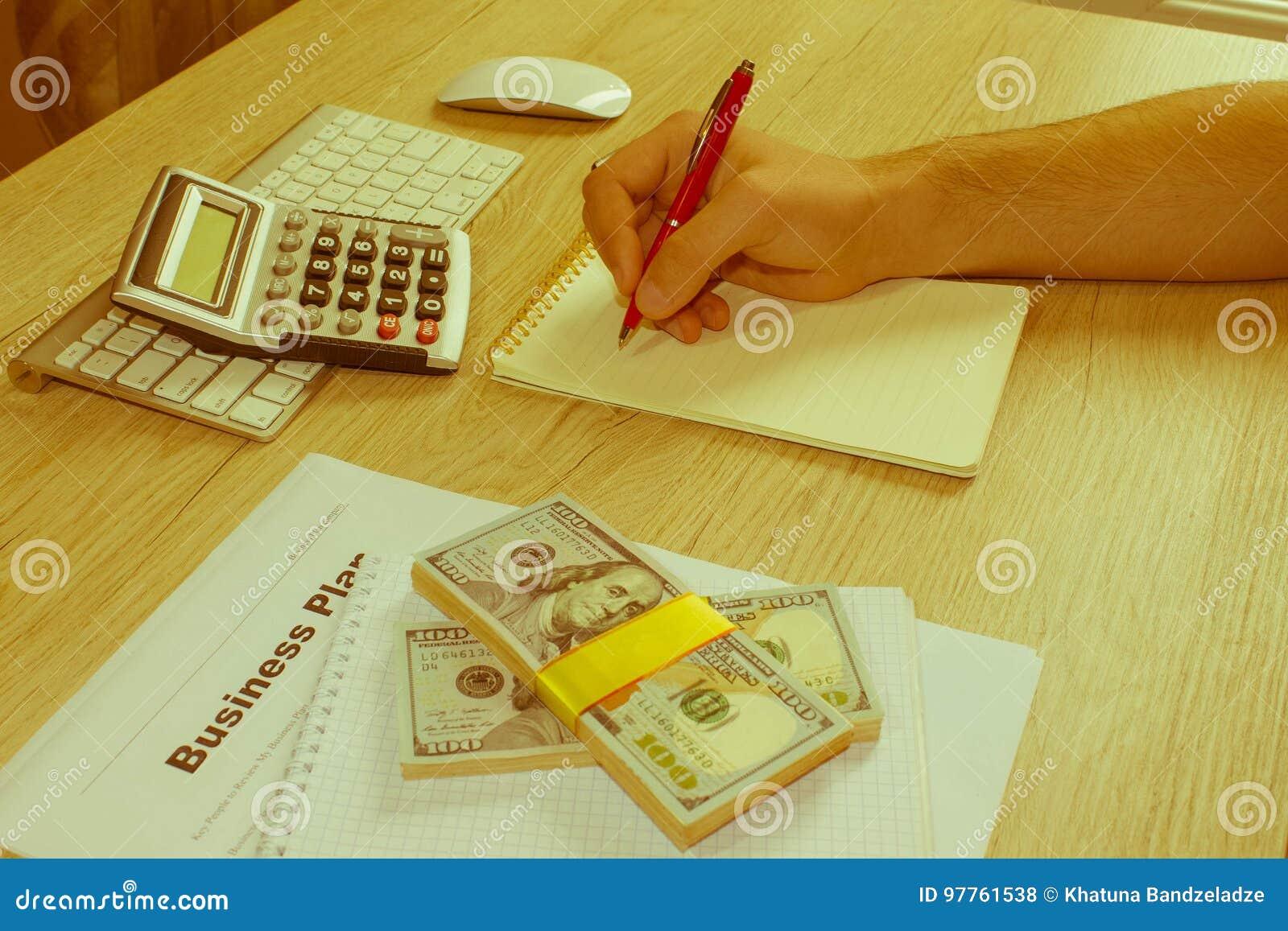 Άτομο, που παίρνει τις σημειώσεις Άτομο με τα δολάρια, μετρητά στον πίνακα Κέρδη,