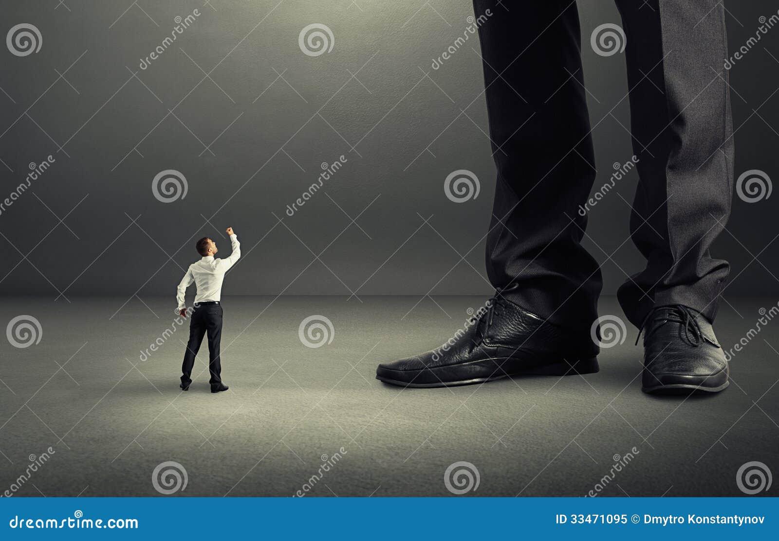 Άτομο που παρουσιάζει πυγμή στο μεγάλο προϊστάμενό του