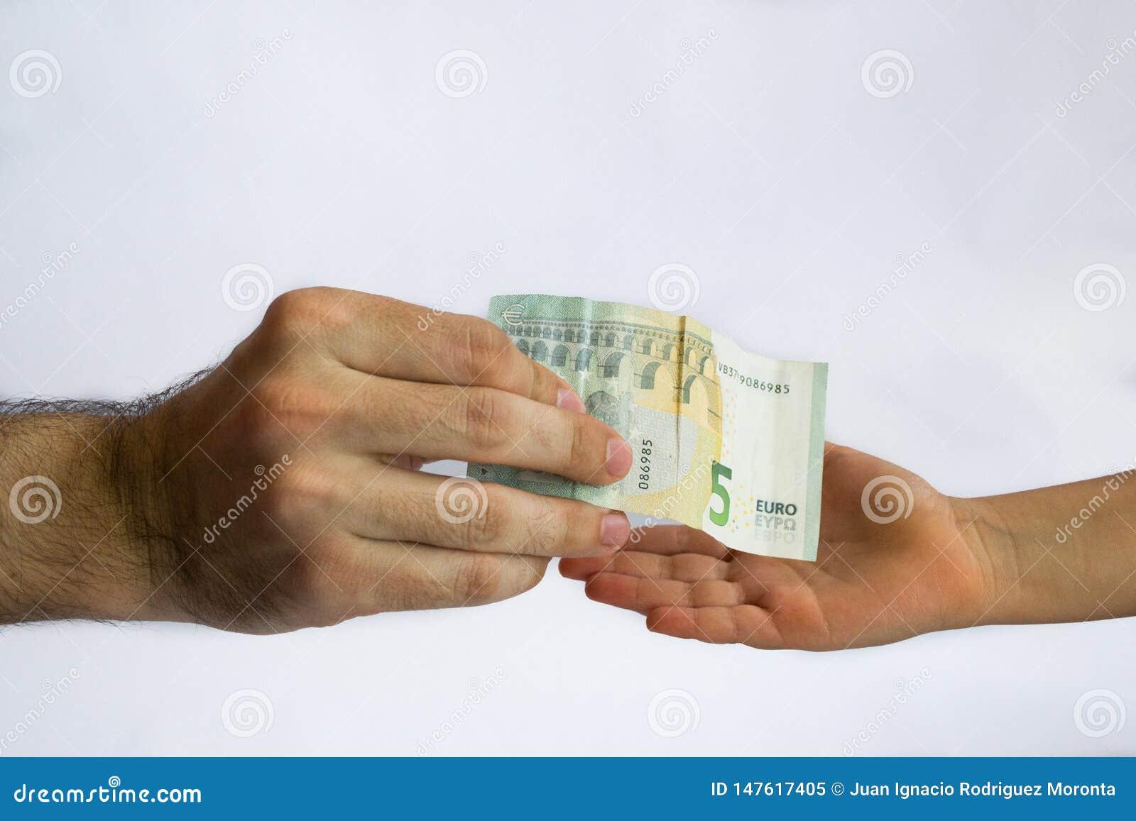 Άτομο που προσφέρει τα χρήματα σε ένα παιδί Χρήματα στα χέρια