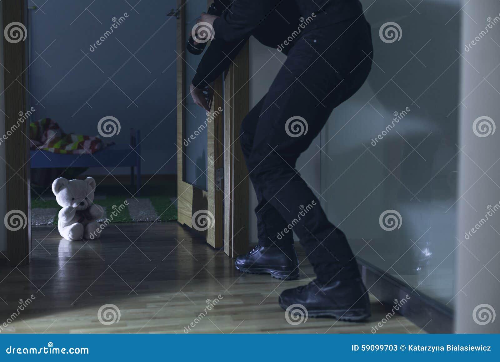 Άτομο που σπάζει στην κρεβατοκάμαρα του παιδιού