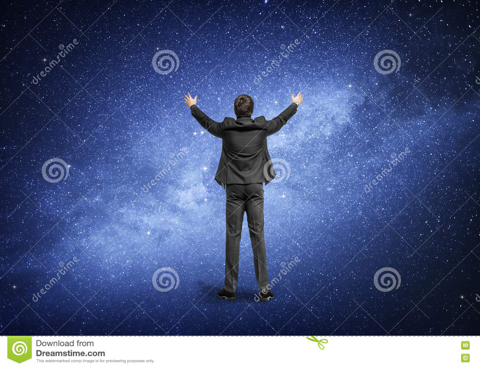 Άτομο που στέκεται στο υπόβαθρο του νυχτερινού ουρανού, ο γαλακτώδης γαλαξίας τρόπων