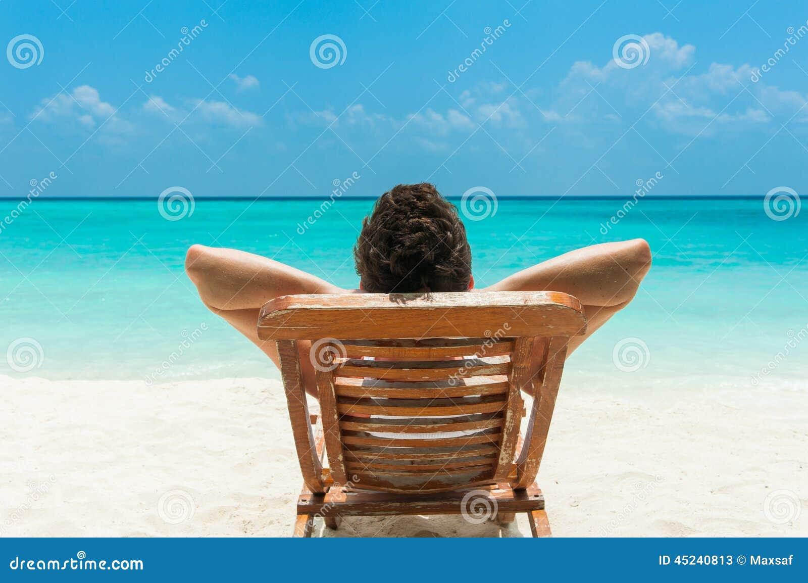 Άτομο που στηρίζεται στην παραλία