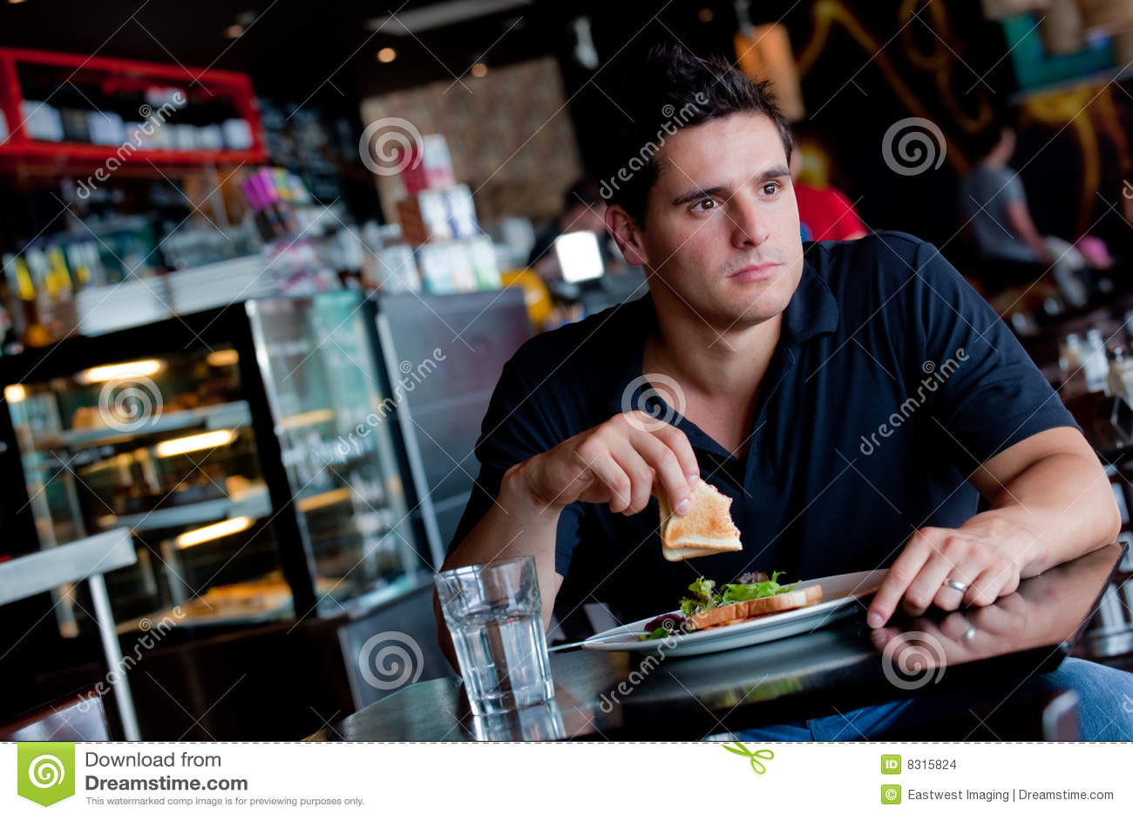 Άτομο που τρώει το μεσημεριανό γεύμα