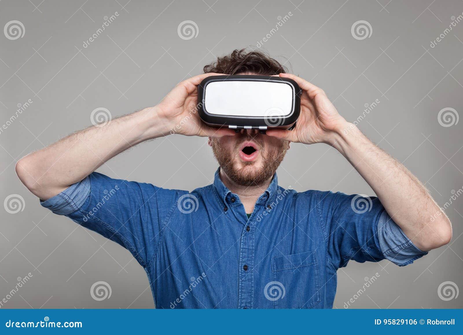 Άτομο που φορά τα προστατευτικά δίοπτρα εικονικής πραγματικότητας