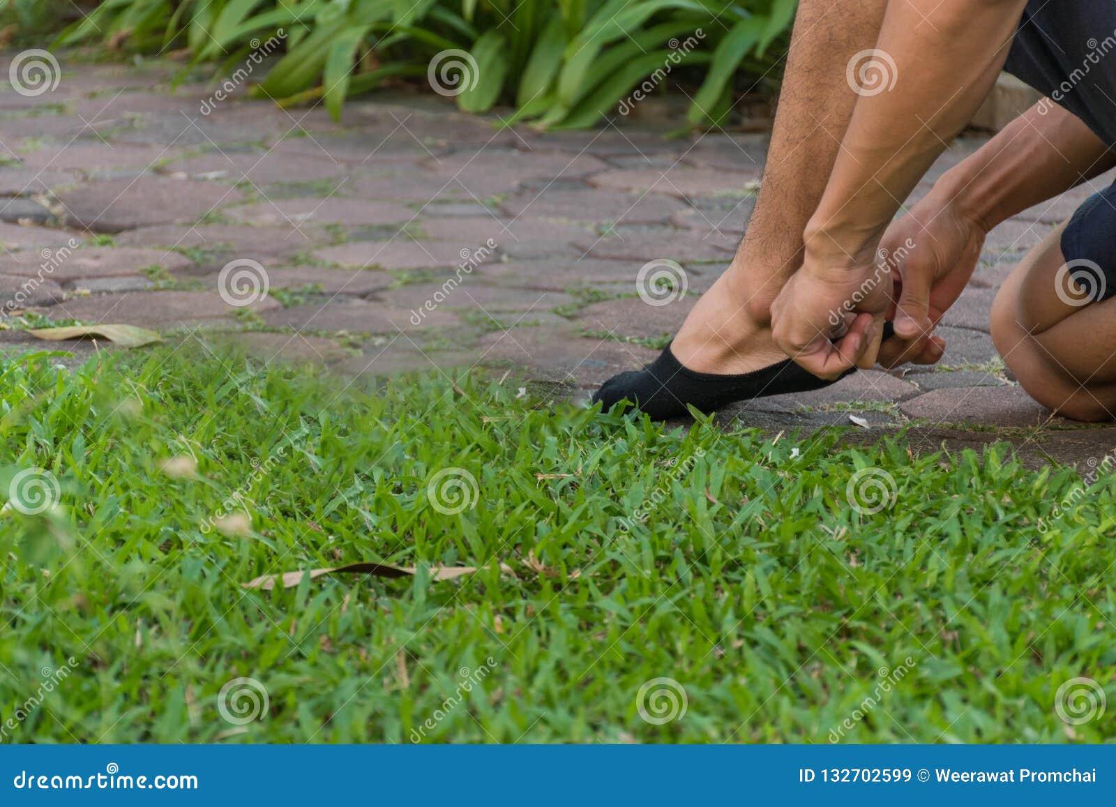 Άτομο που φορά τις μαύρες κάλτσες