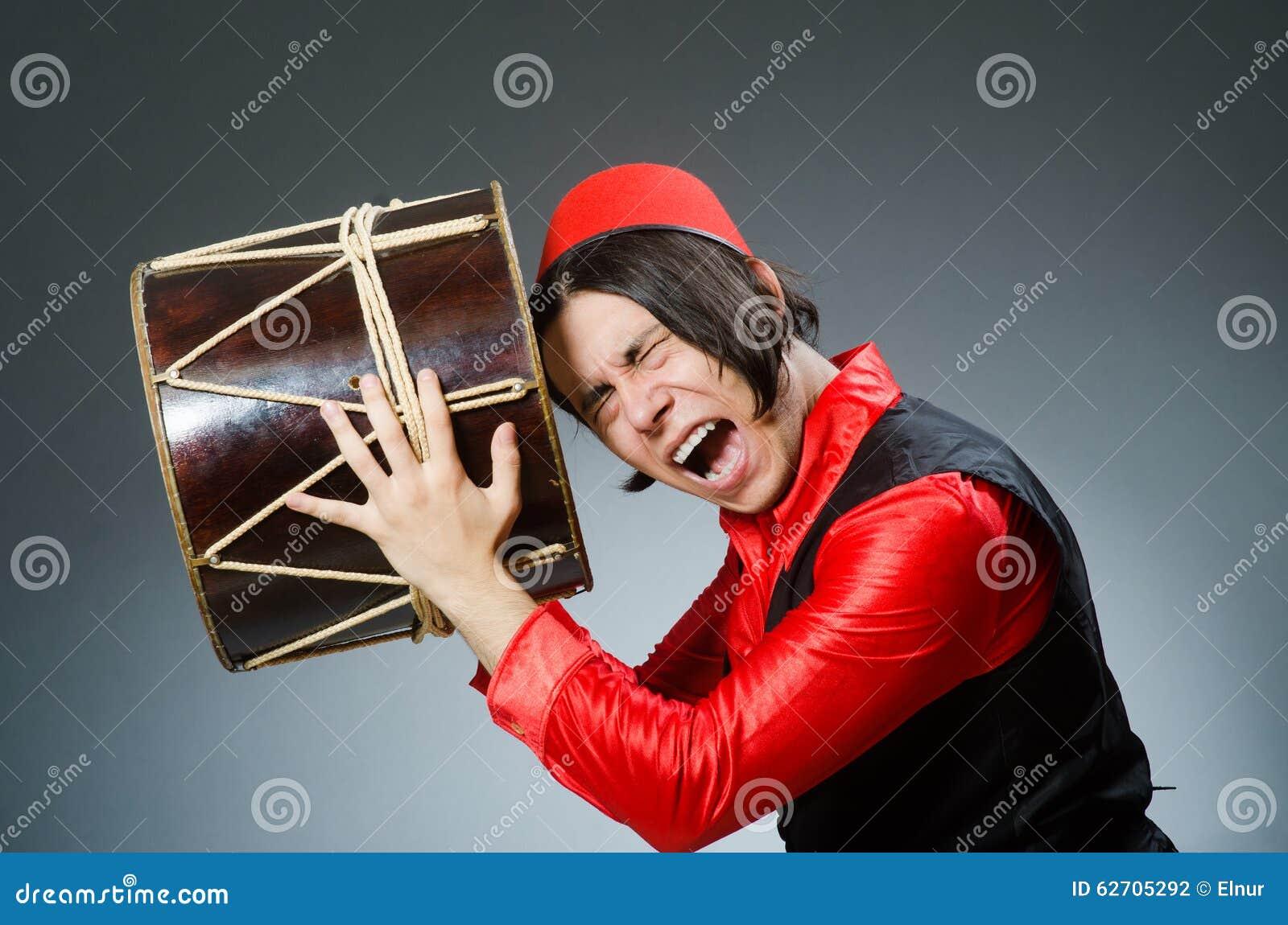 Άτομο που φορά το κόκκινο καπέλο του Fez