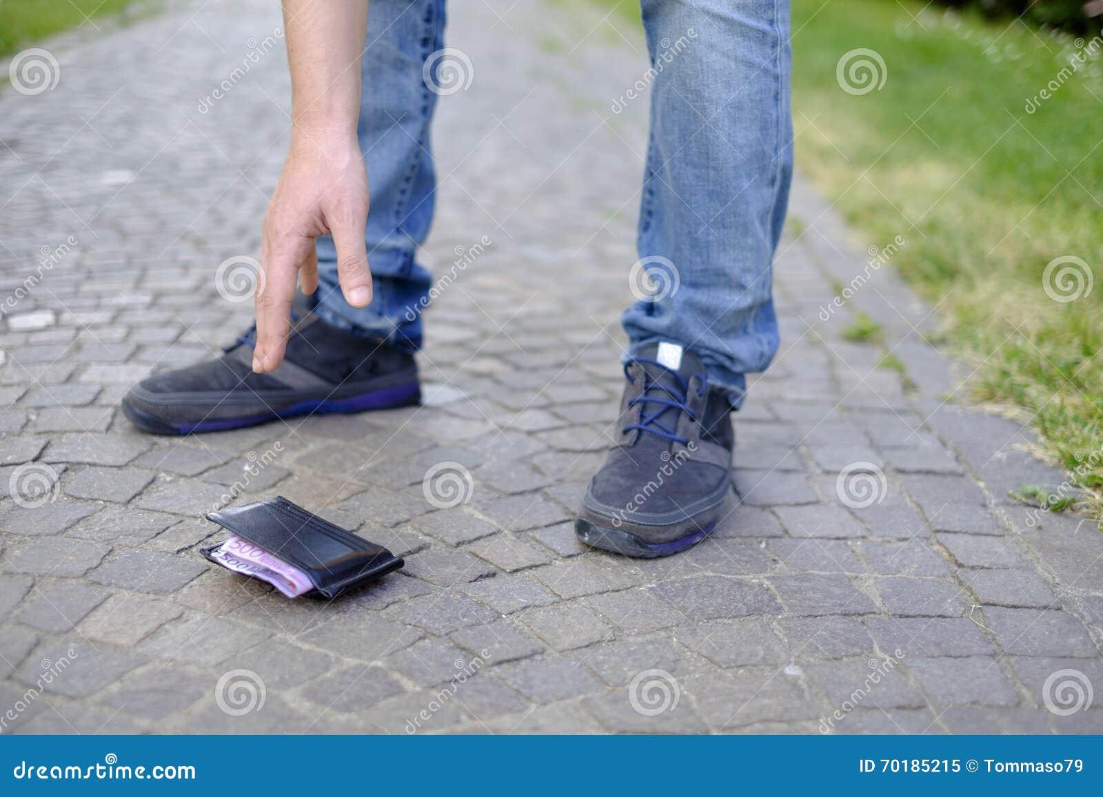 Άτομο που χάνει το πορτοφόλι του