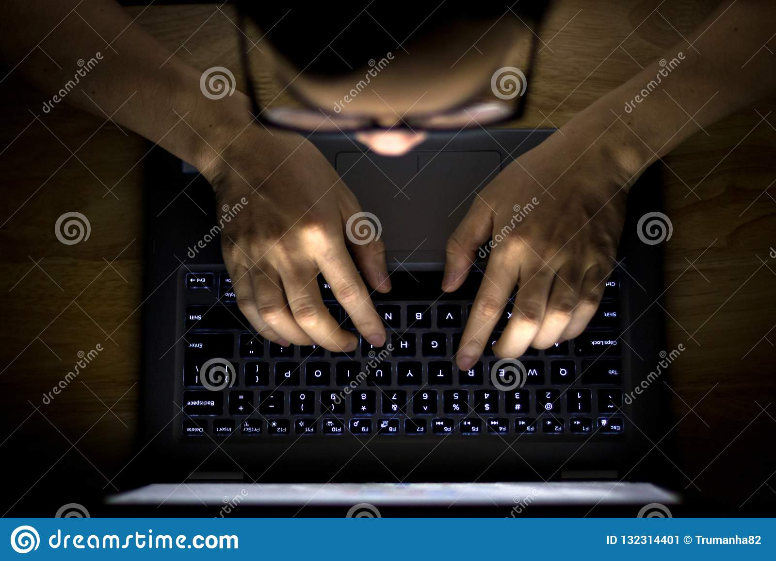 Άτομο που χρησιμοποιεί το lap-top στο σκοτάδι
