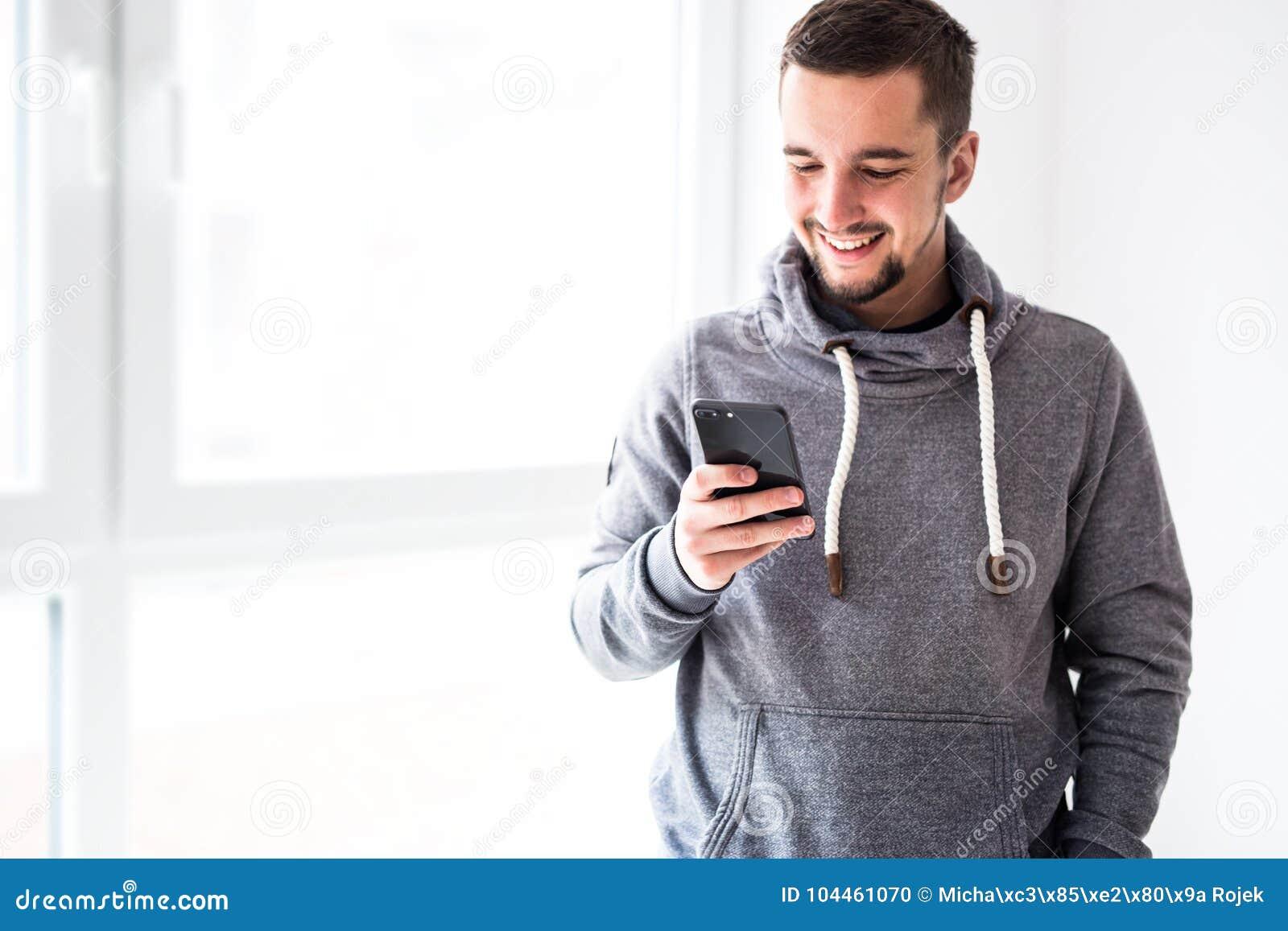 Άτομο που χρησιμοποιεί το smartphone στο εγχώριο εσωτερικό
