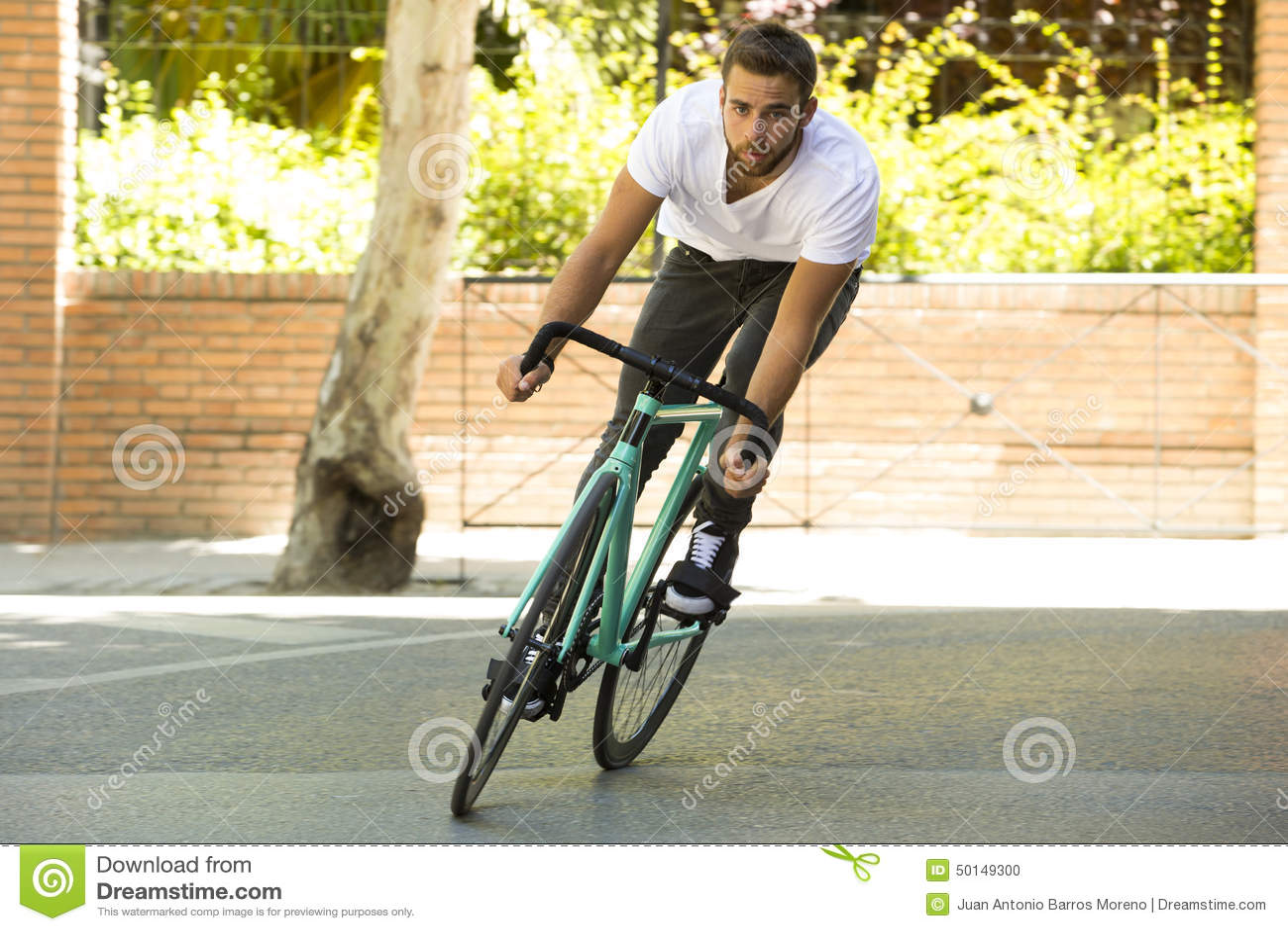 Άτομο ποδηλατών που οδηγά το σταθερό αθλητικό ποδήλατο εργαλείων