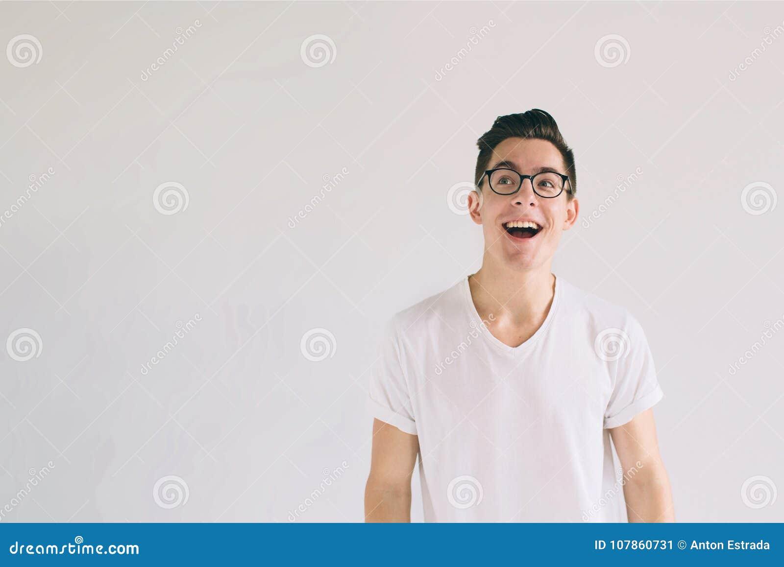 Άτομο στην άσπρη μπλούζα και γυαλιά με το μεγάλο χαμόγελο που απομονώνεται στο άσπρο υπόβαθρο Ένας πολύ καλός σπουδαστής έχει μια