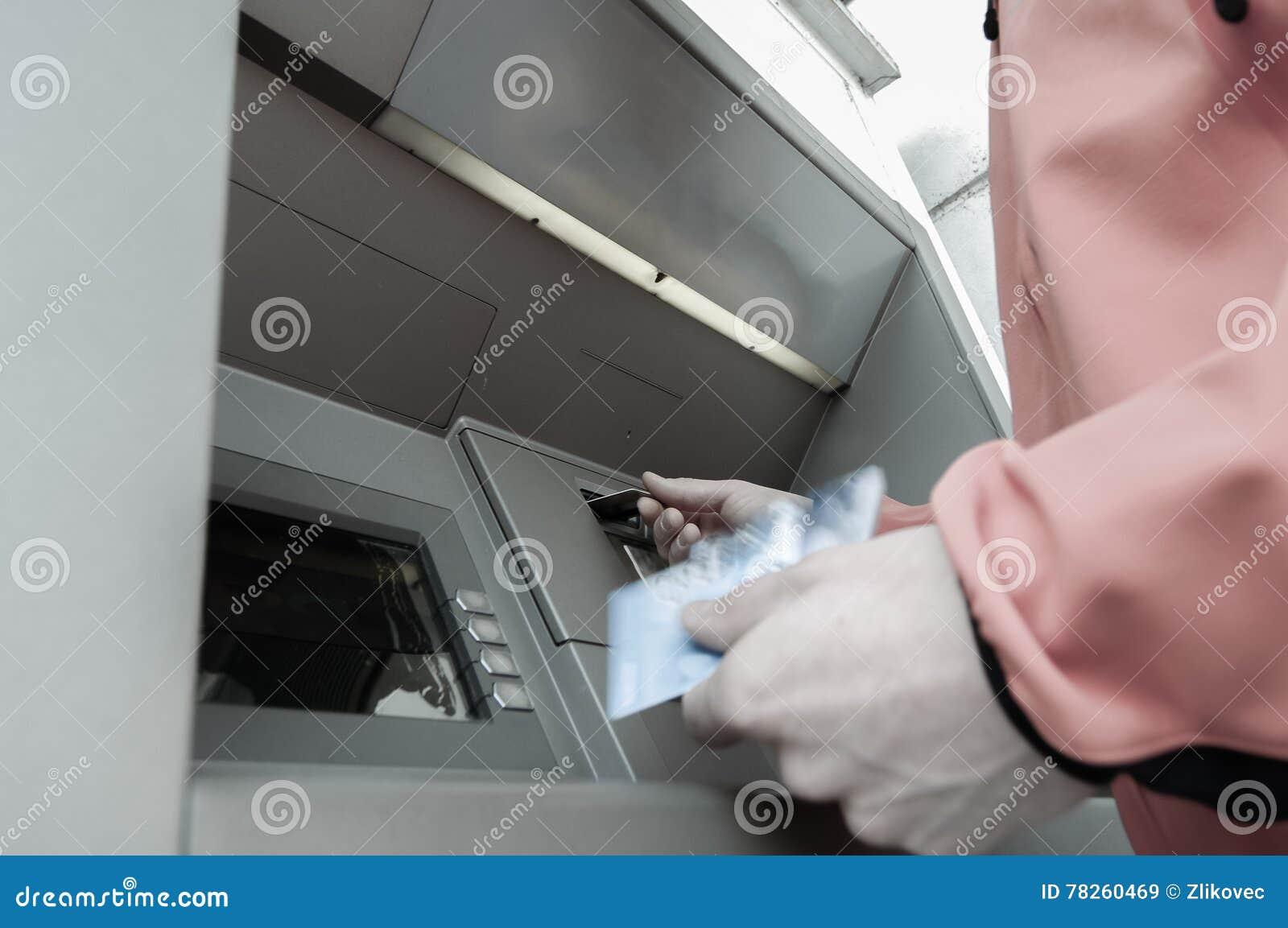 Άτομο στη μηχανή του ATM με το stash της πίστωσης και των χρεωστικών καρτών