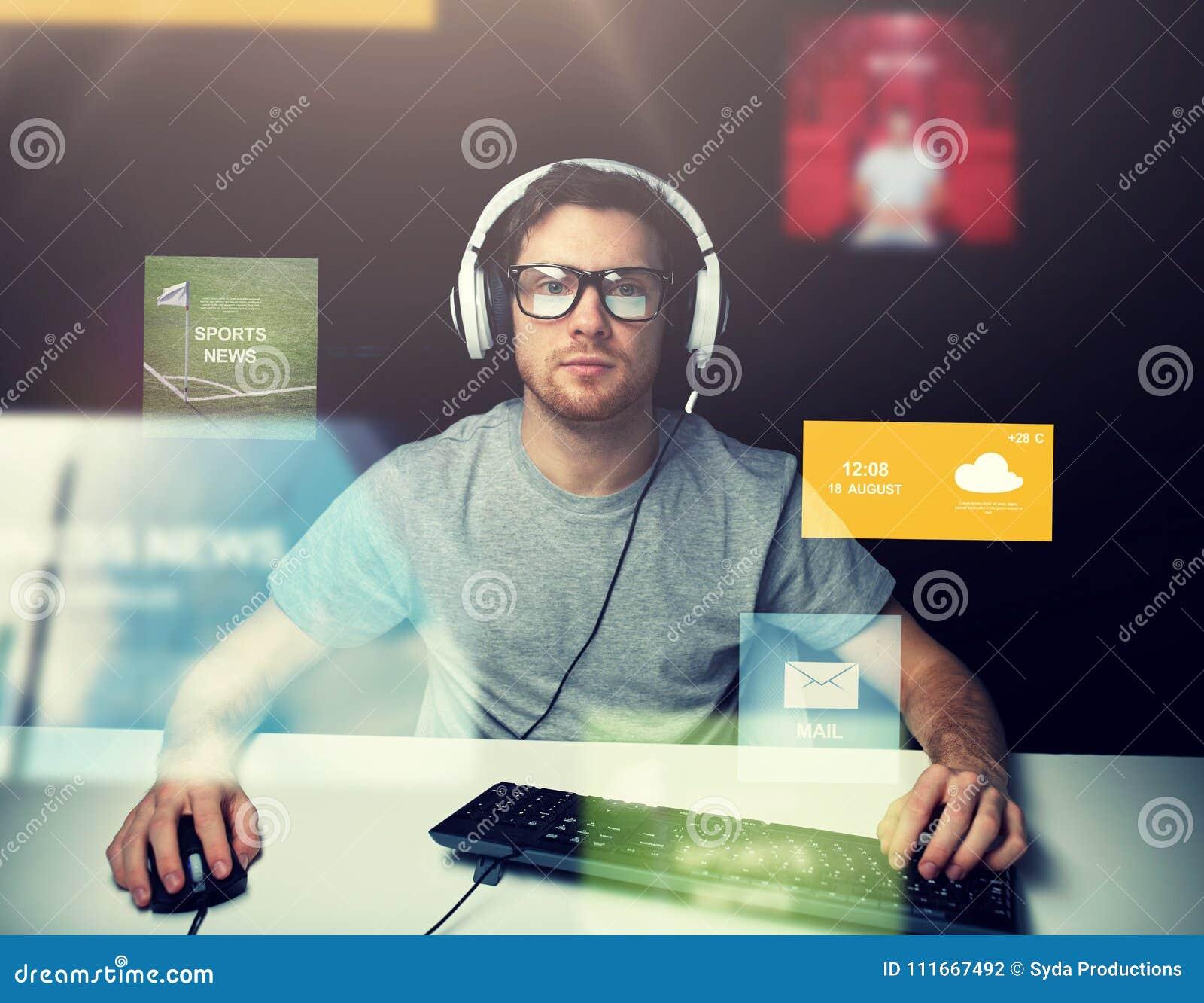 Άτομο στον υπολογιστή κασκών πέρα από τις εικονικές οθόνες μέσων