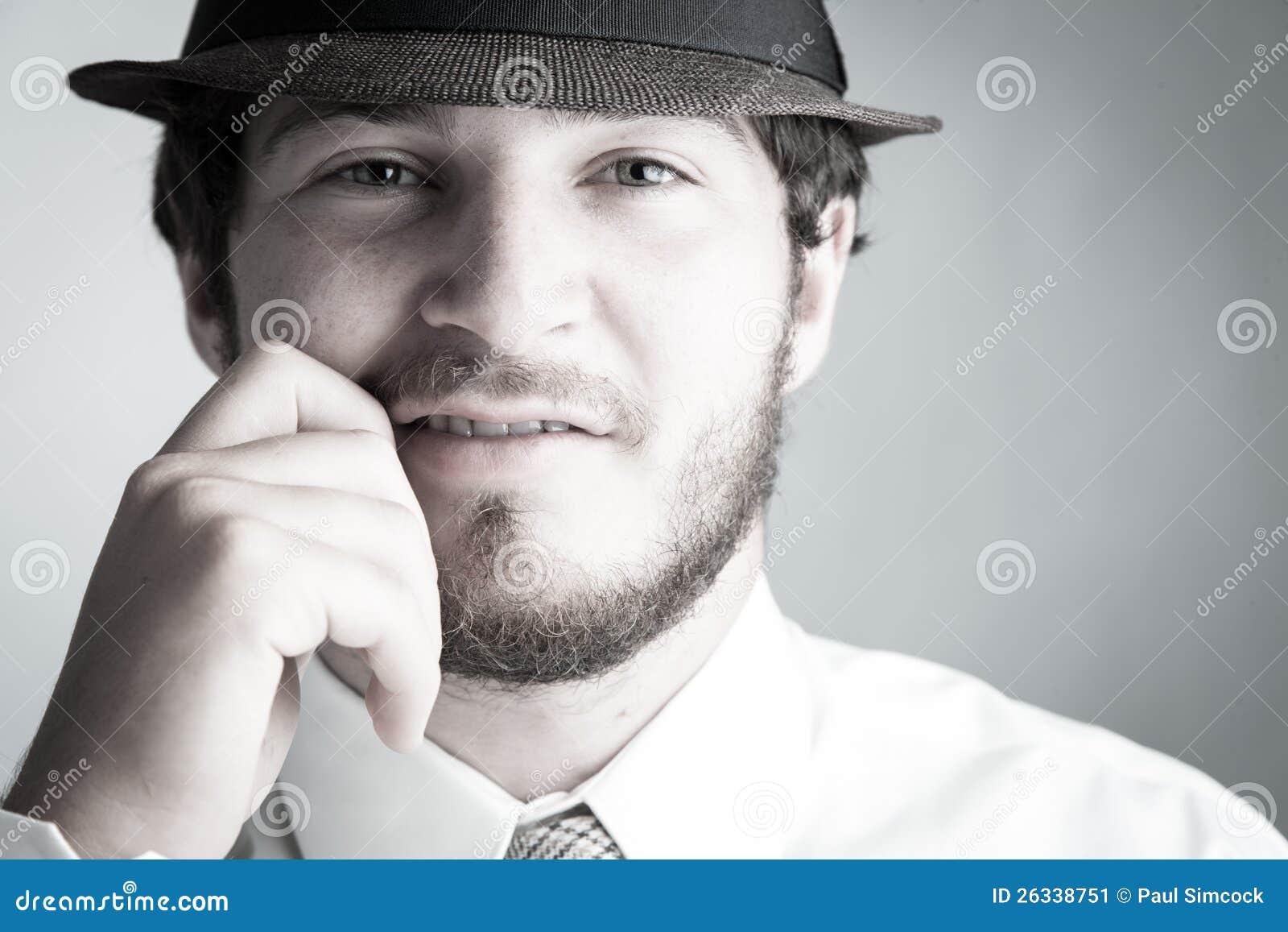 Άτομο στο καπέλο και το δεσμό