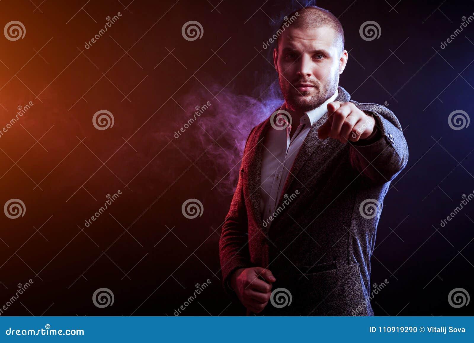 Άτομο στο κοστούμι