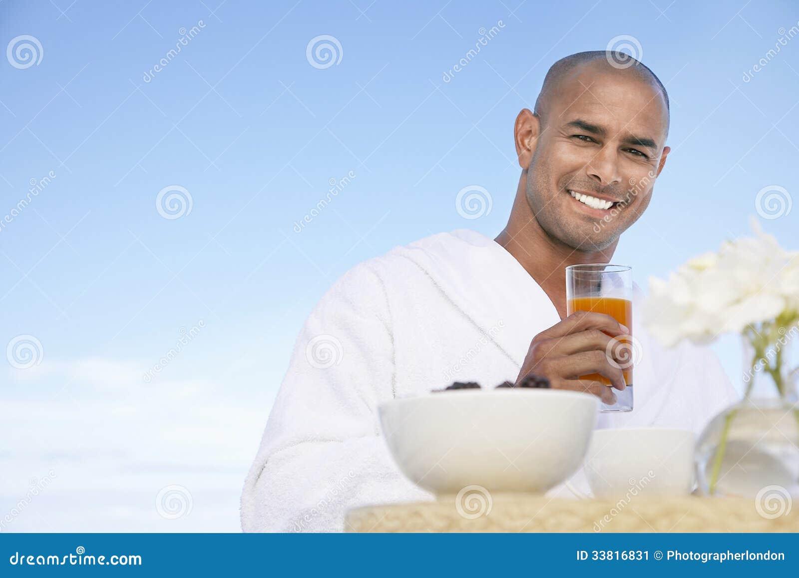 Άτομο στο ποτήρι εκμετάλλευσης μπουρνουζιών του χυμού