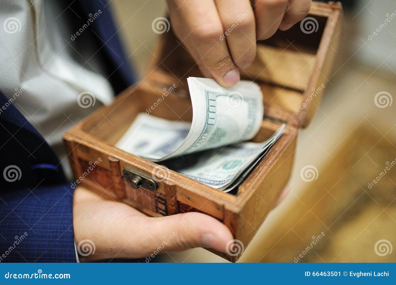 Άτομο στο σύνολο δίσκων εκμετάλλευσης κοστουμιών των χρημάτων