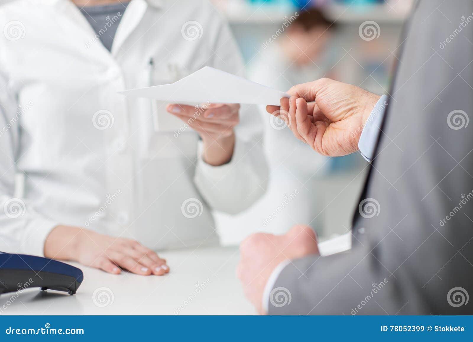 Άτομο στο φαρμακείο