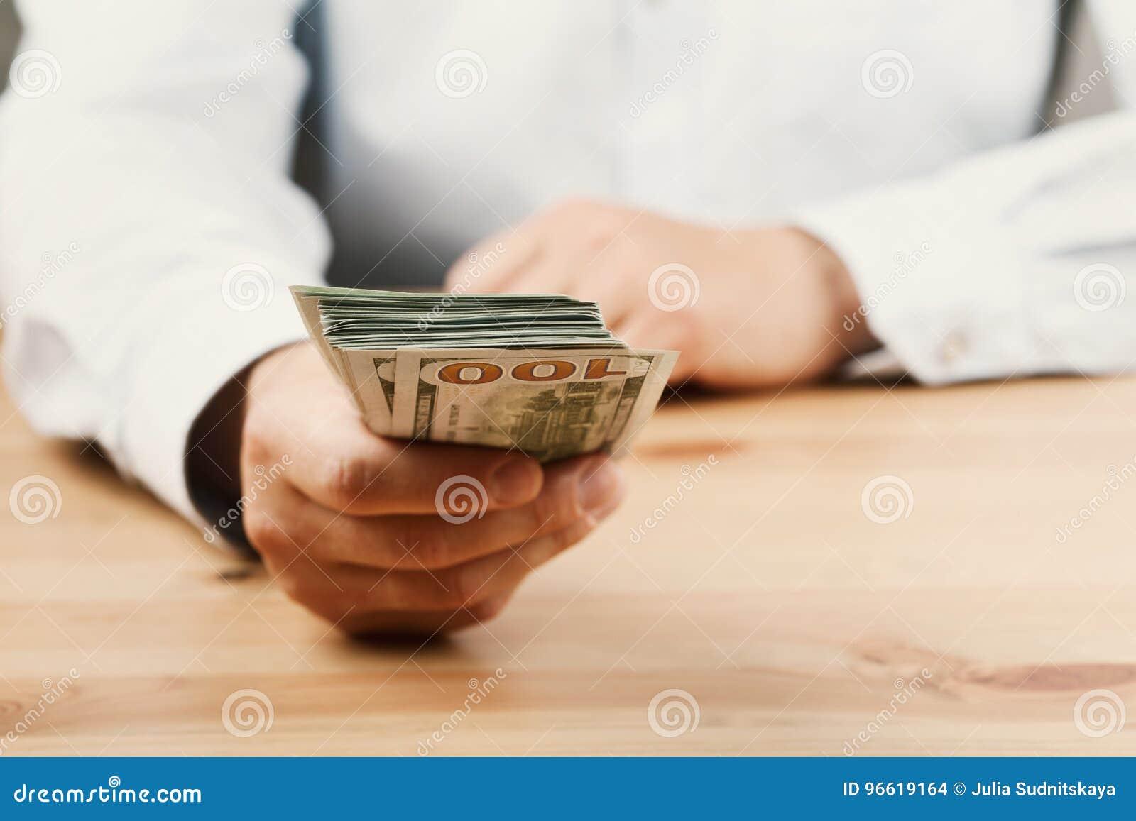 Άτομο στο δόσιμο πουκάμισων των χρημάτων Το δάνειο, χρηματοδότηση, μισθός, δωροδοκία και δίνει την έννοια