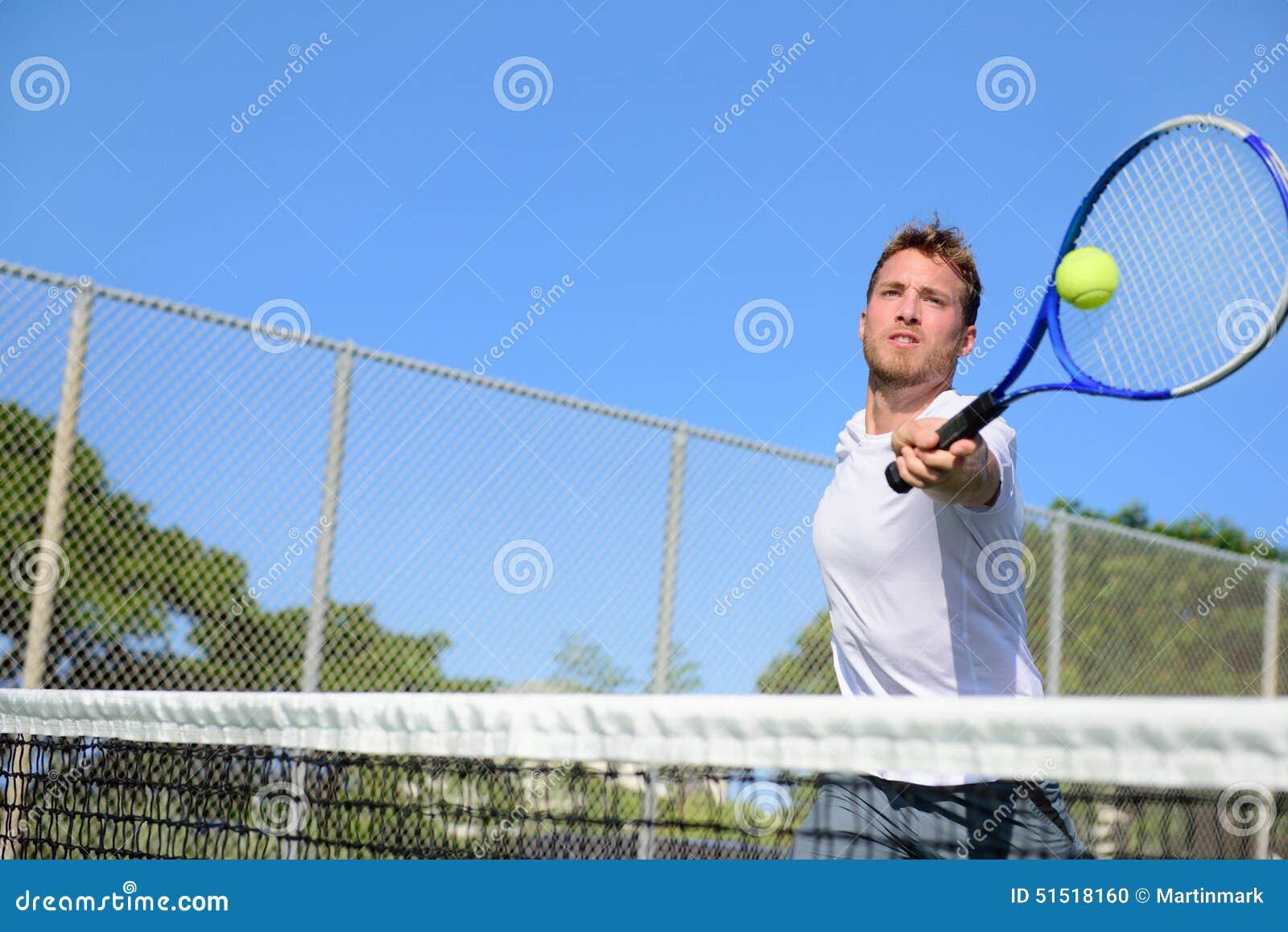 Άτομο τενιστών που χτυπά τη σφαίρα volley