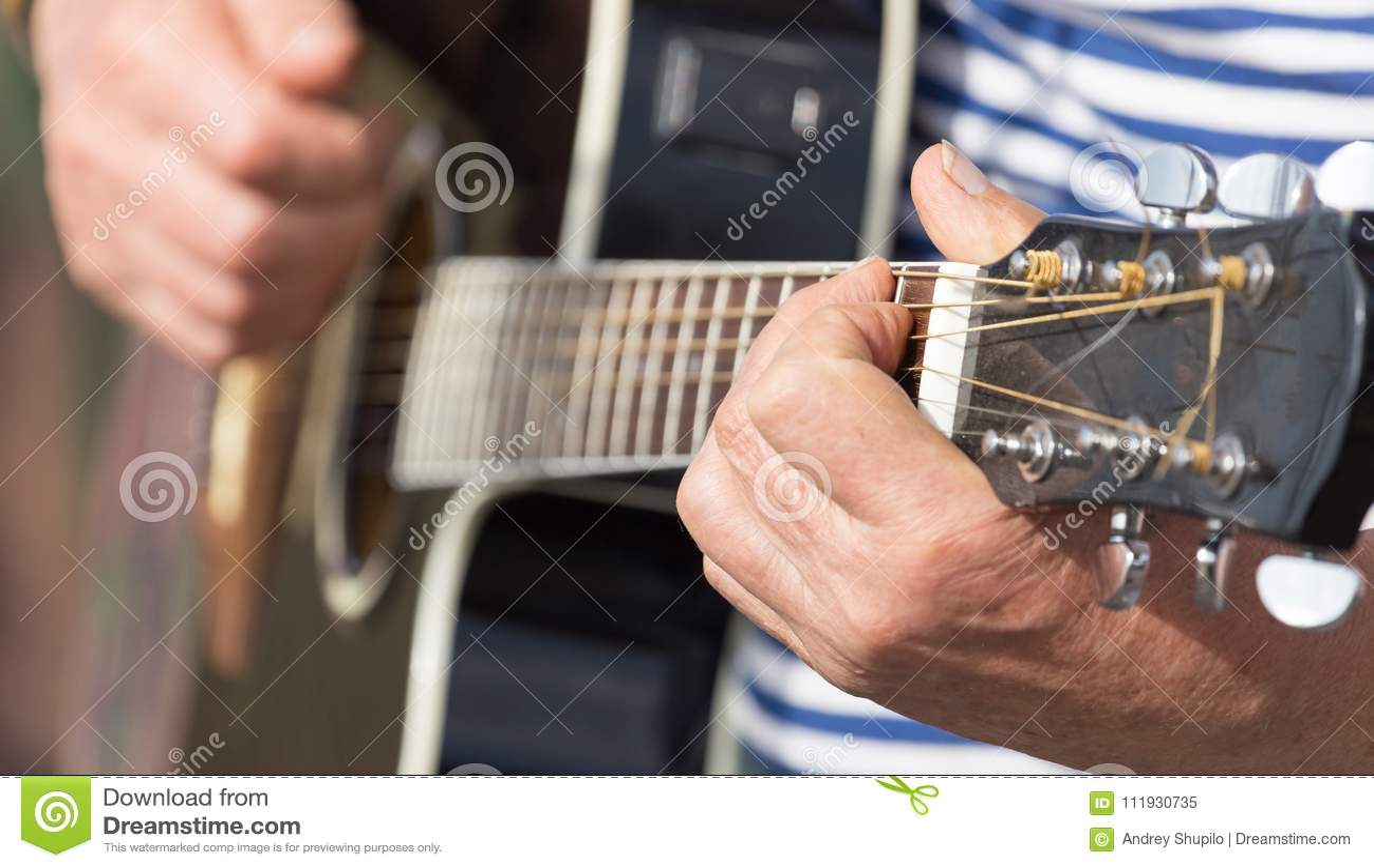 Άτομο χεριών που παίζει την κιθάρα