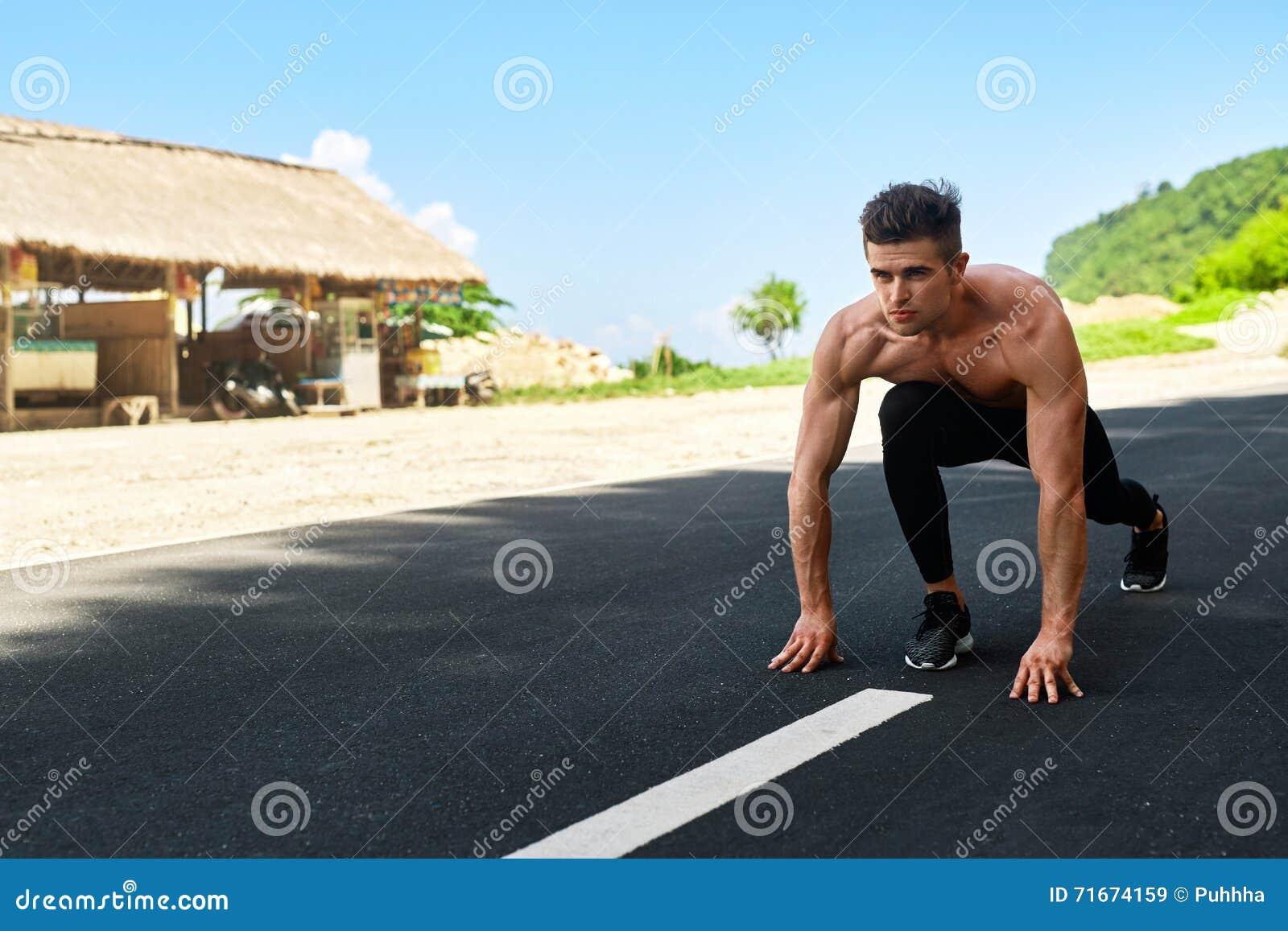 Άτομο Sprinter στην έναρξη, έτοιμη να τρέξει υπαίθρια Τρέχοντας αθλητισμός
