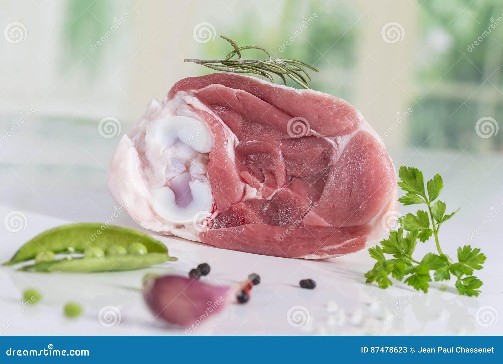 Άψητο οργανικό hock του κρέατος αρνιών στην κουζίνα