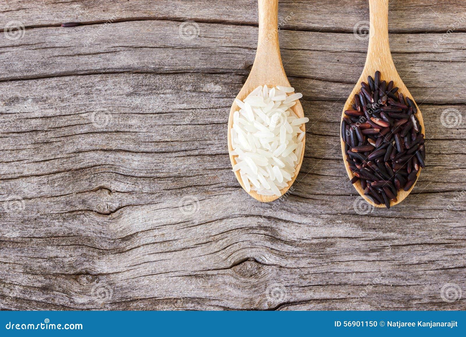 Άψητο ρύζι στο άσπρου και μαύρου ρύζι κουταλιών,