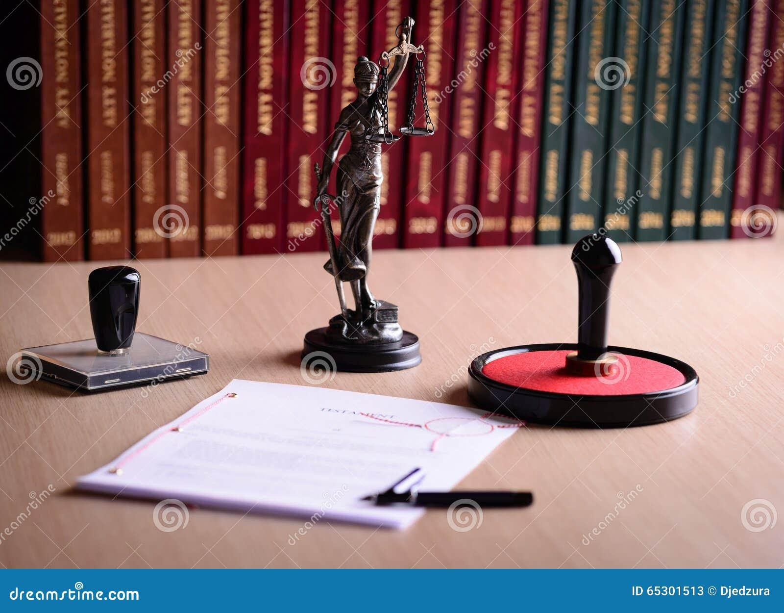 Έγγραφο που περιμένει ένα δημόσιο σημάδι συμβολαιογράφων στο γραφείο
