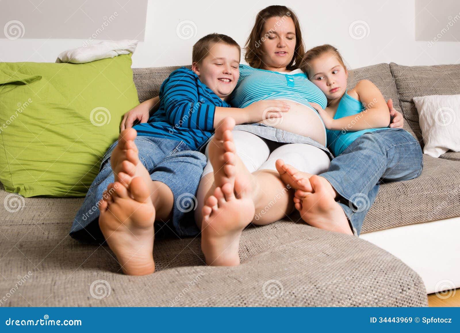 Έγκυος γυναίκα με τα παιδιά της