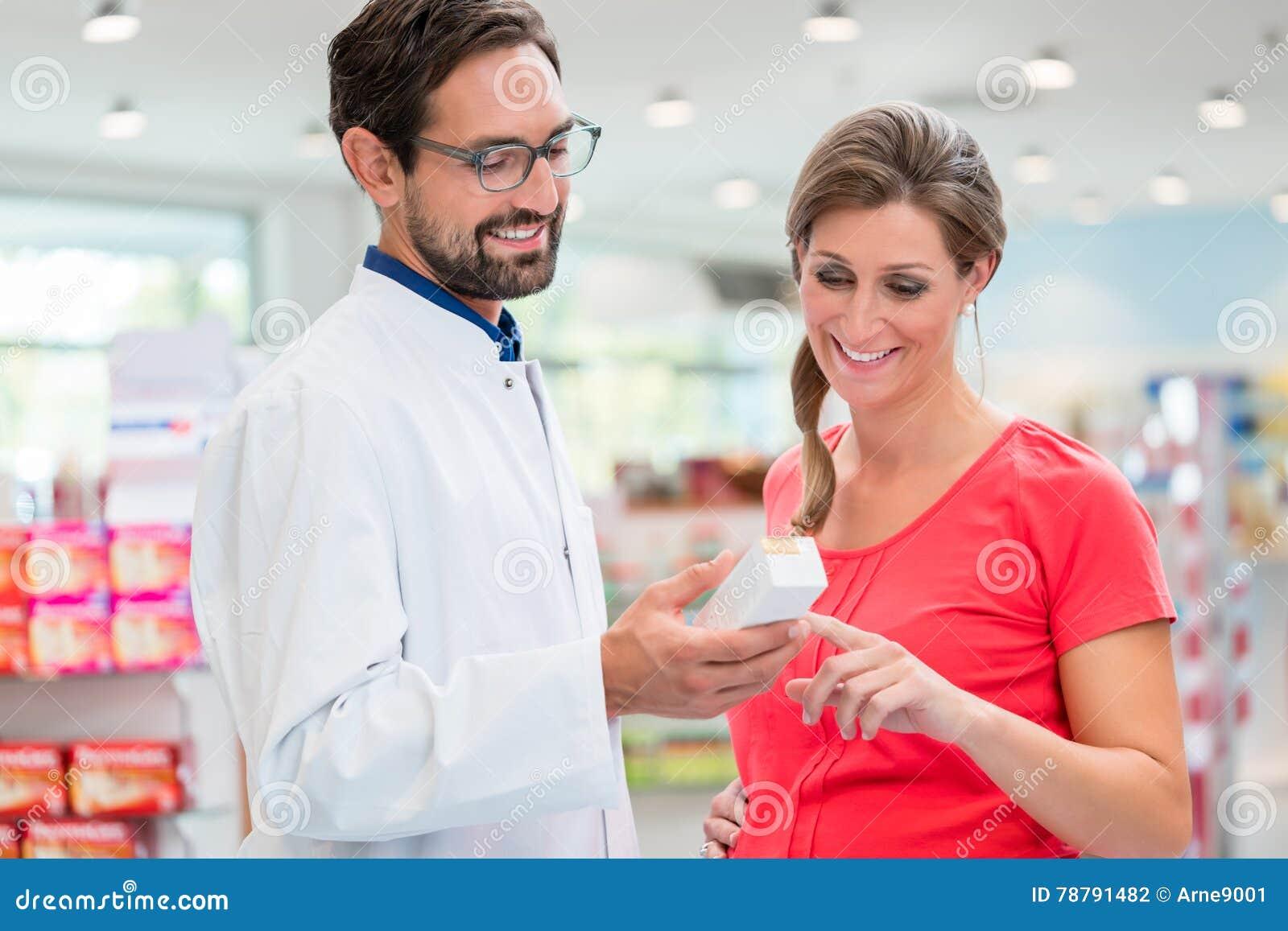 Έγκυος γυναίκα που ψωνίζει στο φαρμακείο