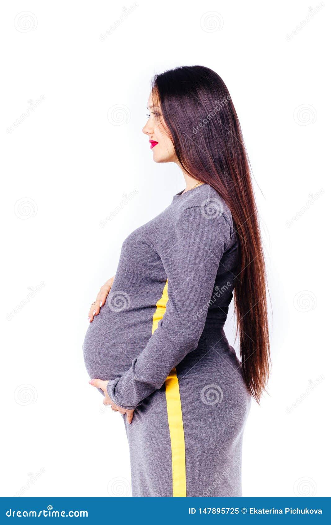 Έγκυος νέα γυναίκα που περιμένει το μωρό της